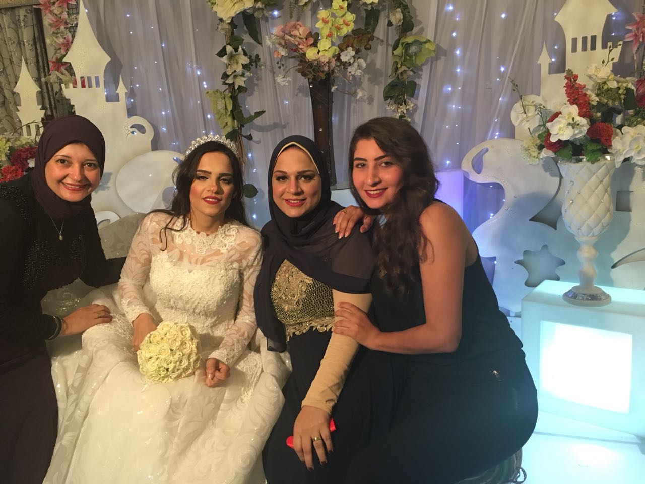 العروسة مع شقيقتها وأصدقائها