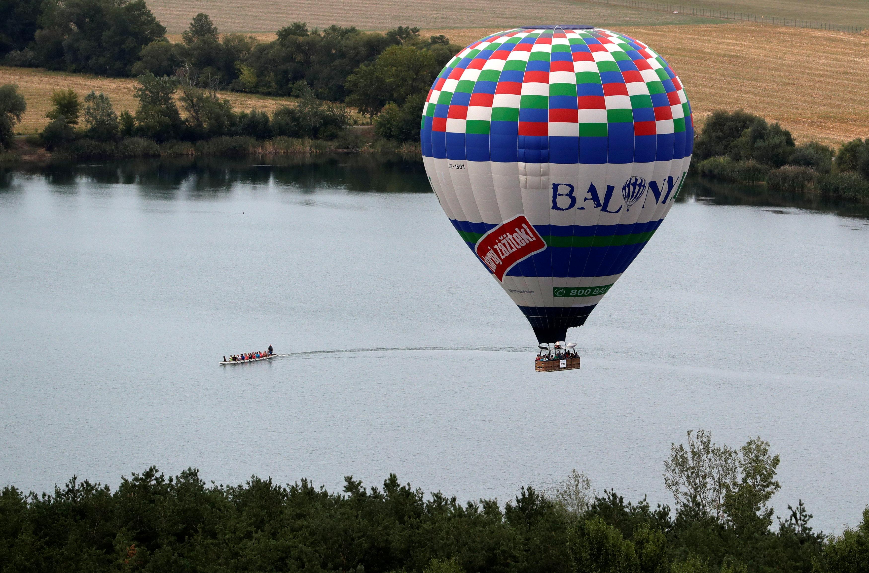 البالون يطير فوق نهر
