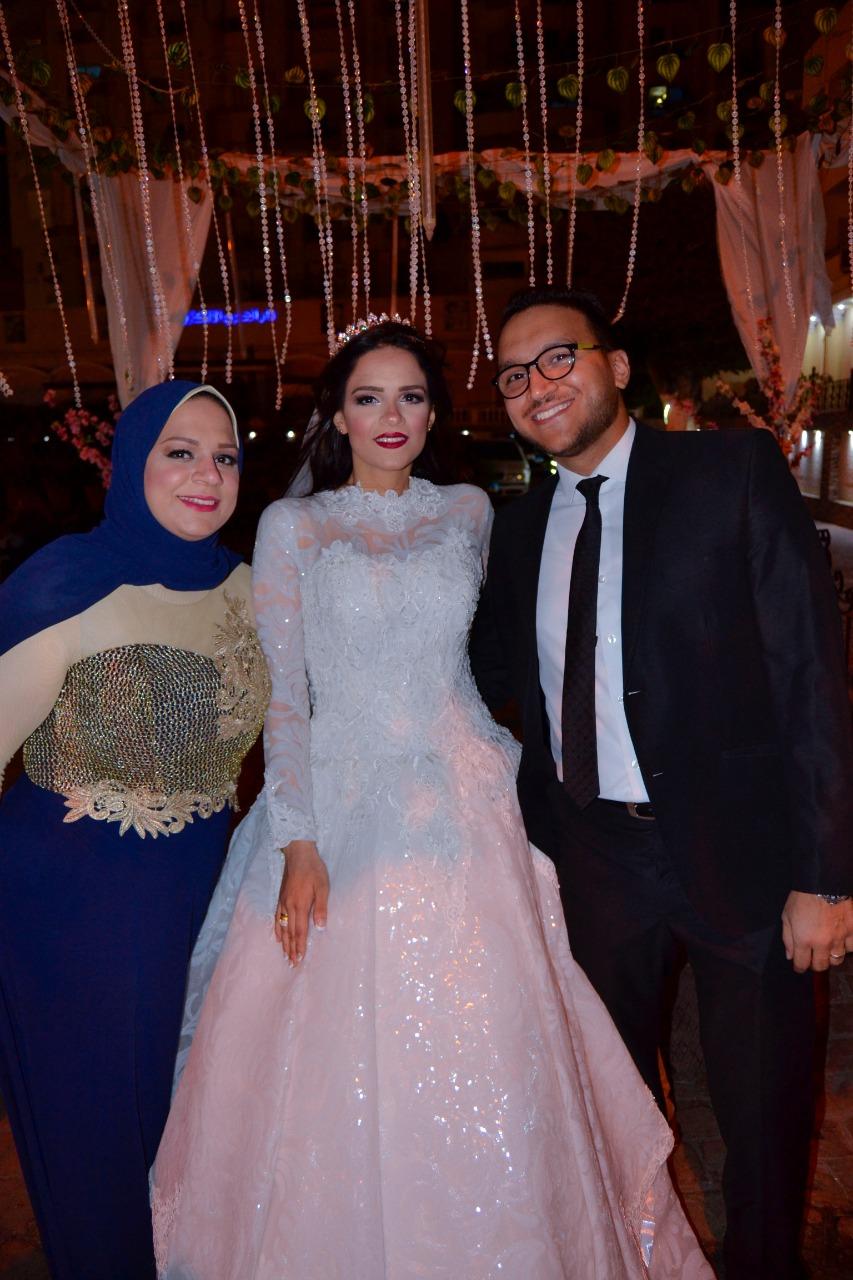 العروسة مع شقيقها الزميل محمود محيى وشقيقتها الأستاذة إيمان
