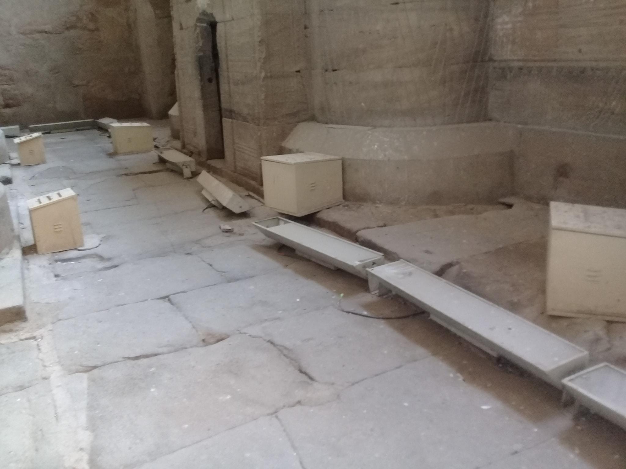 كشافات الإنارة بالمعبد