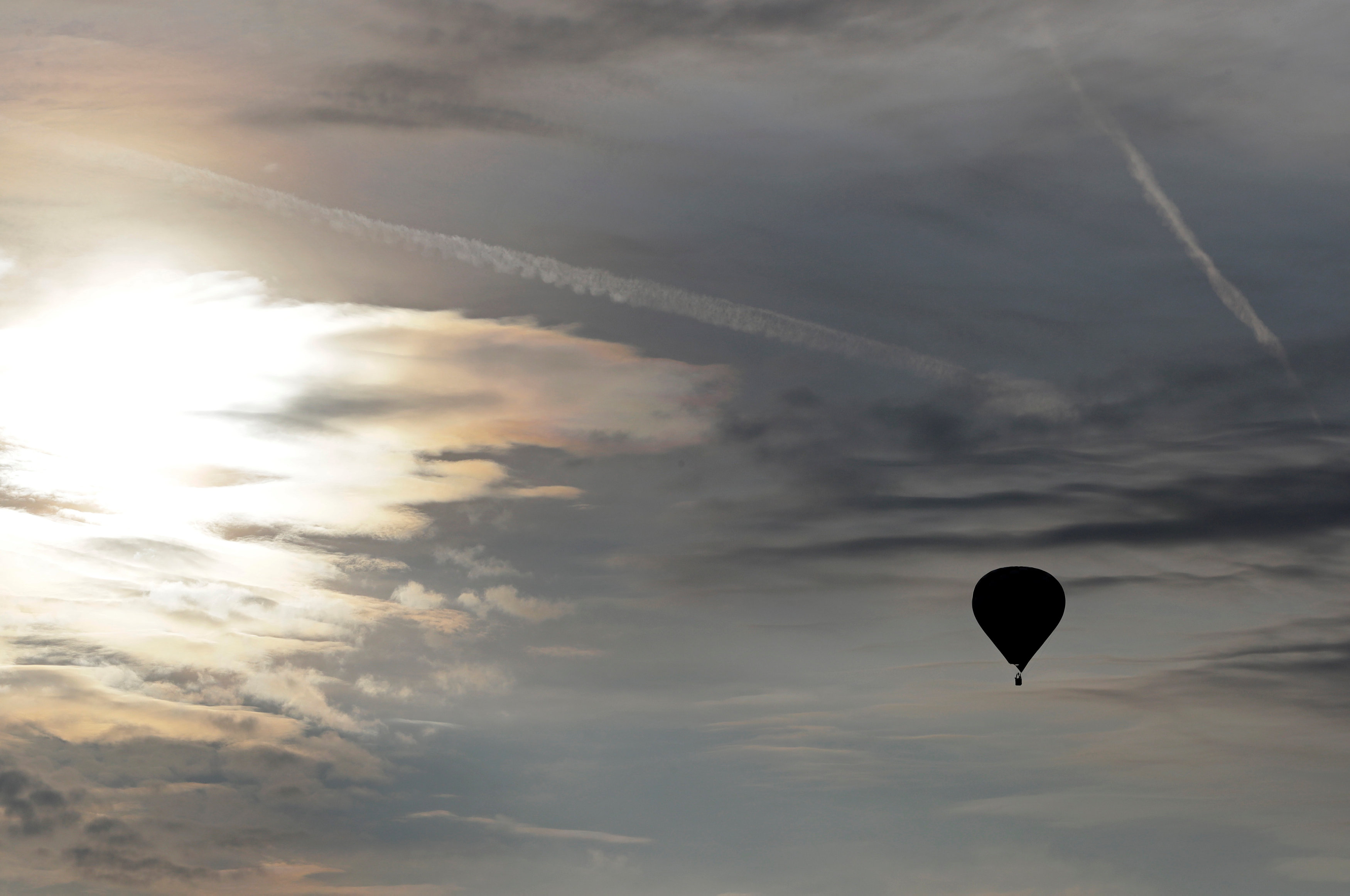 بالون يطير فى السماء