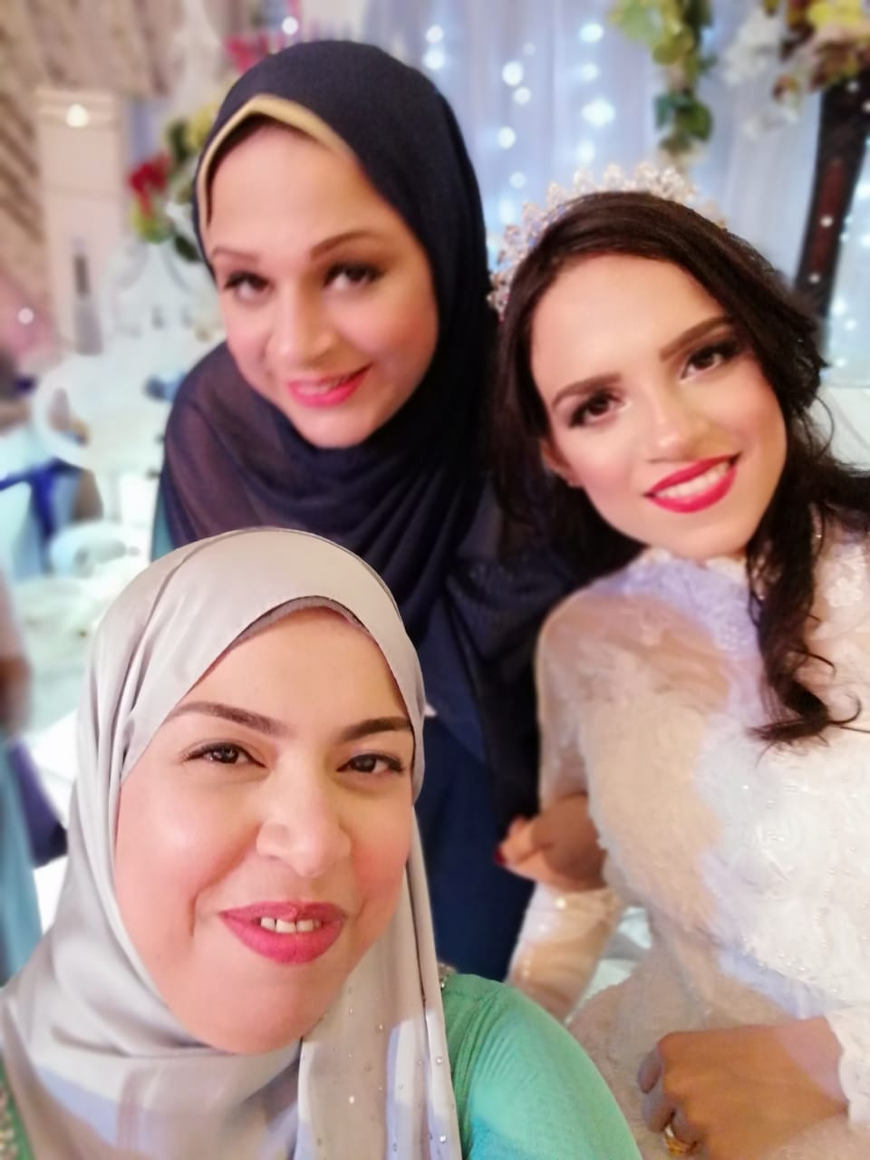 العروس تلتقط صور السيلفى مع أقاربها