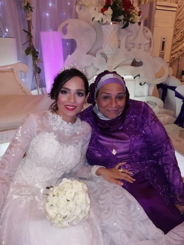 الأستاذة أمينة إسماعيل والدة العروسة تلتقط الصورة التذكارية مع نجلتها