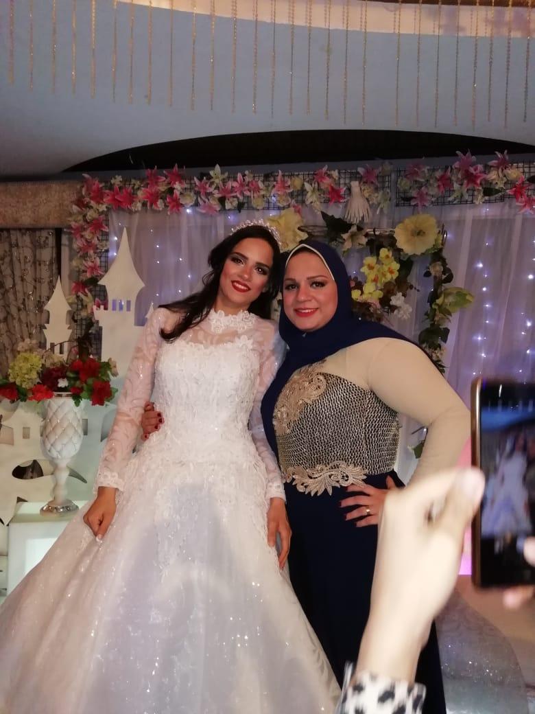 العروسة مع شقيقتها الكبرى إيمان