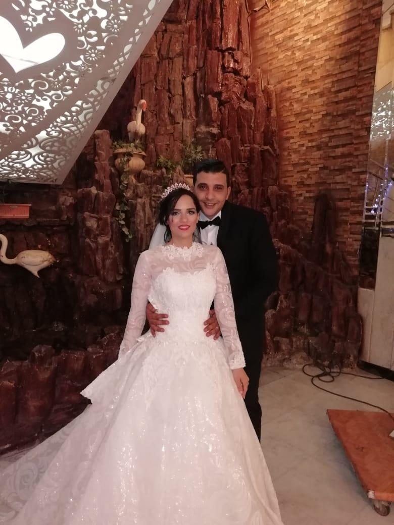 العروسان يلتقطان الصورة التذكارية