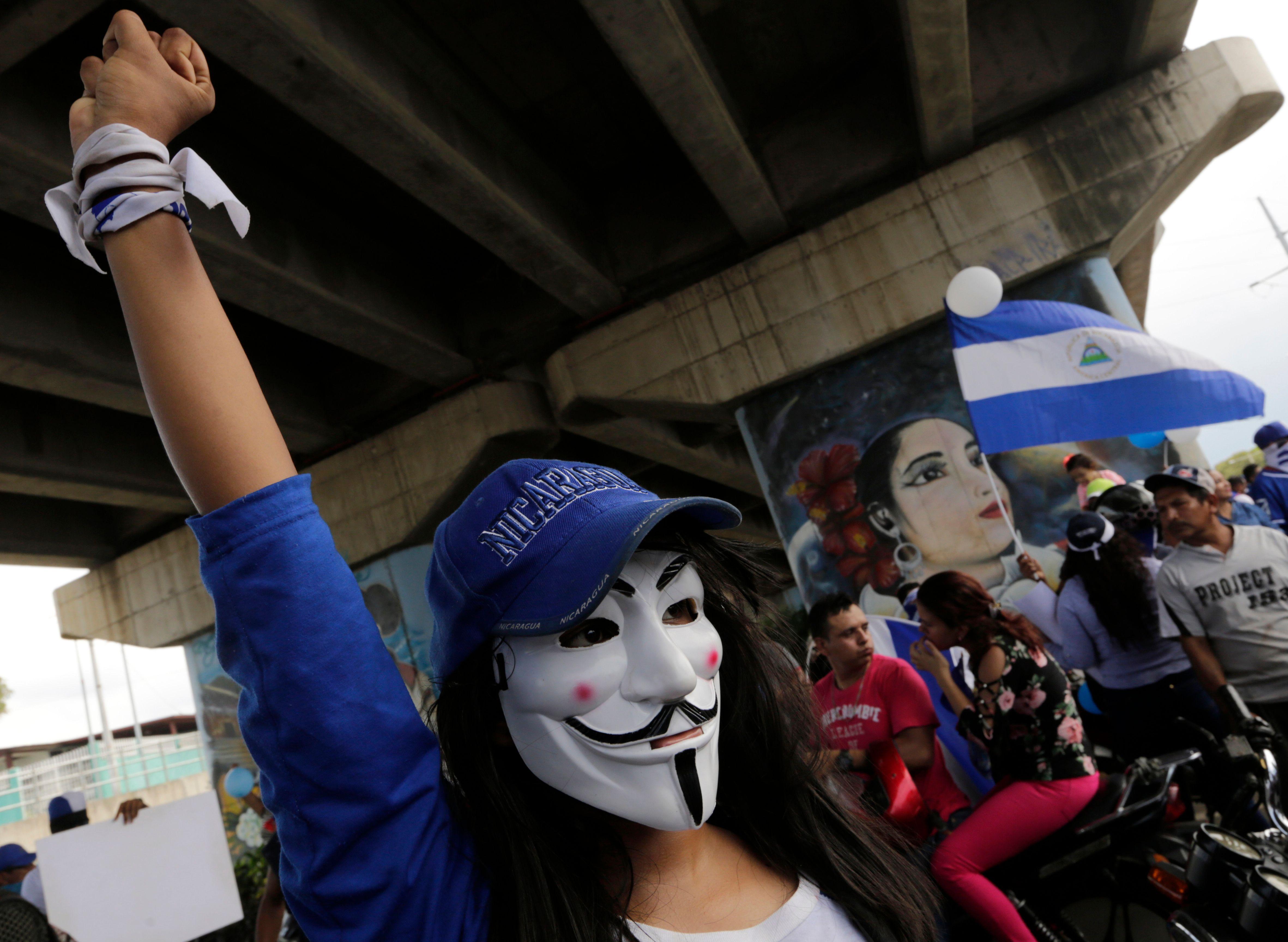 فتاة تشارك فى التظاهرات
