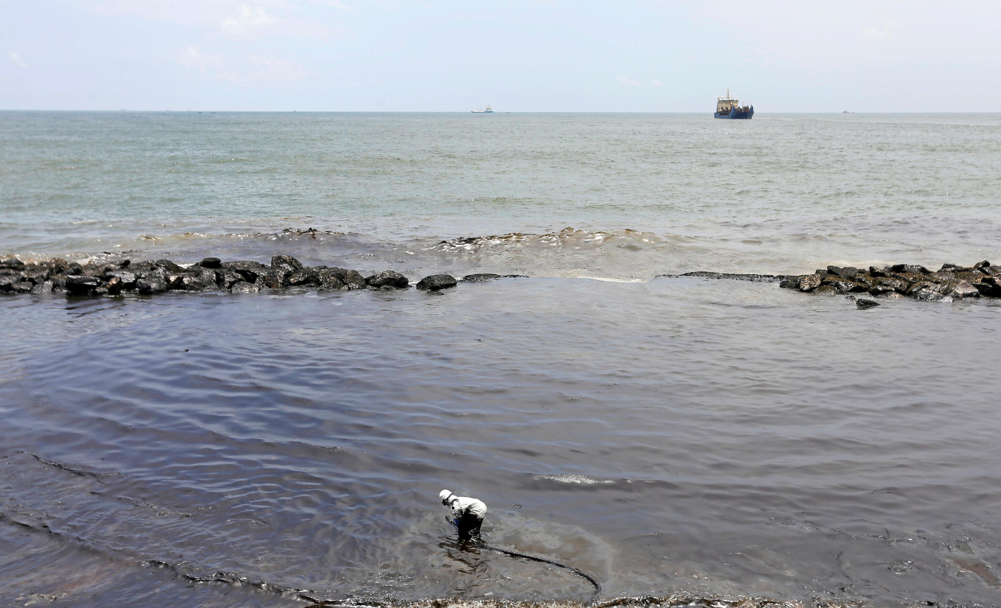 سواحل العاصمة السريلانكية تشهد تسرب نفطى