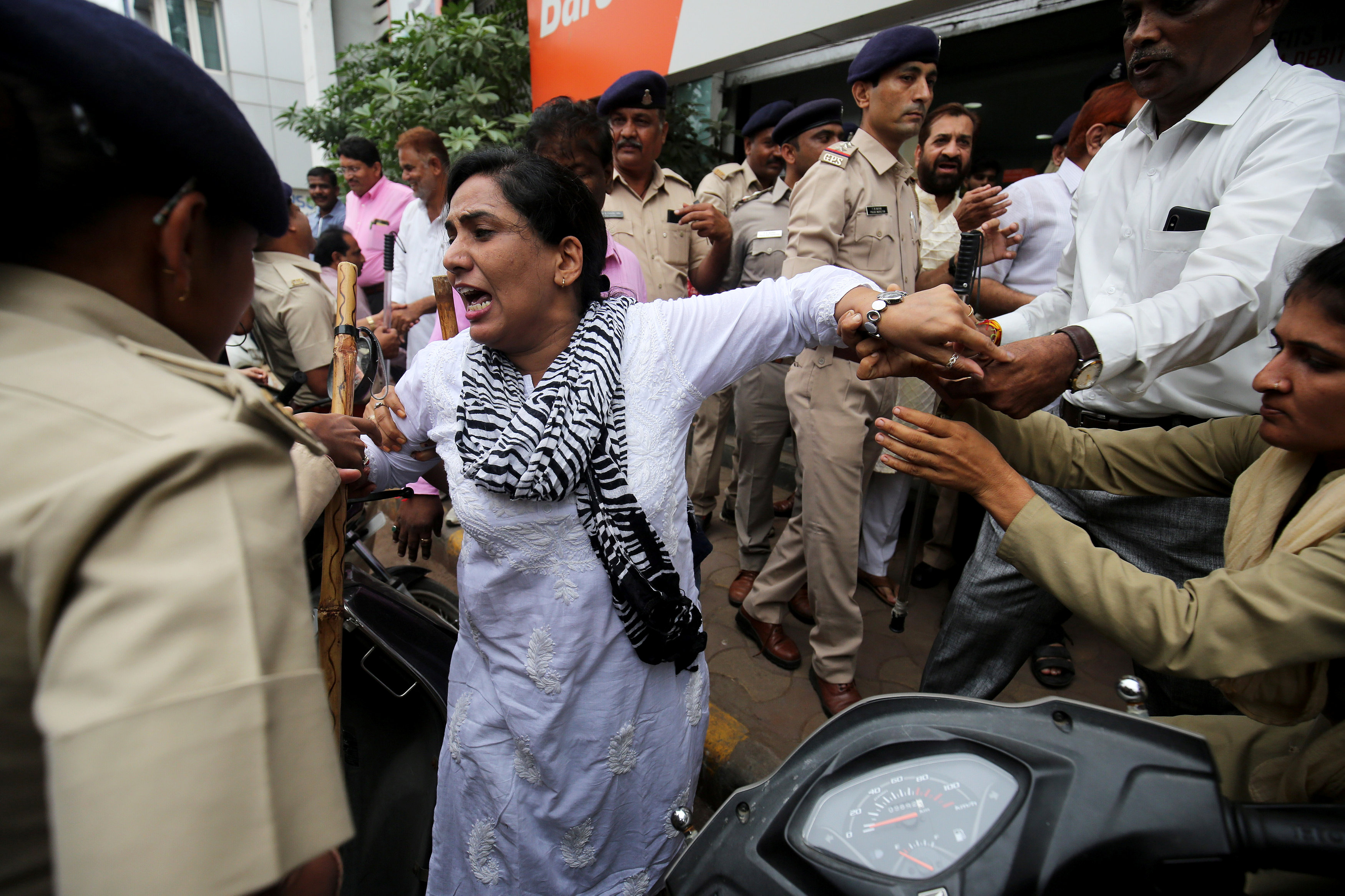 القبض على عدد من متظاهرى الهند فى أحمد أباد