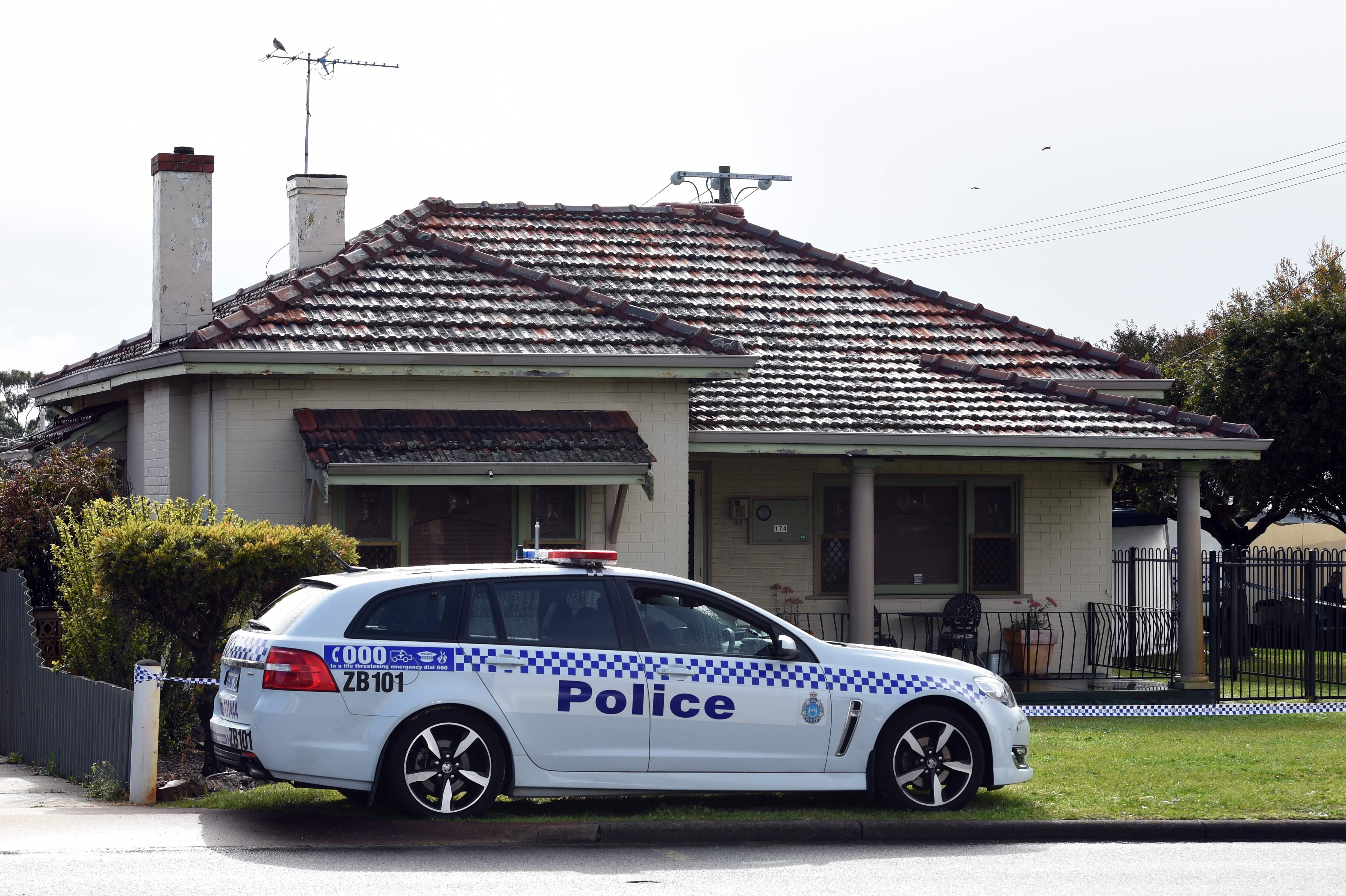 عناصر الشرطة تفرض طوقا بمحيط المنزل