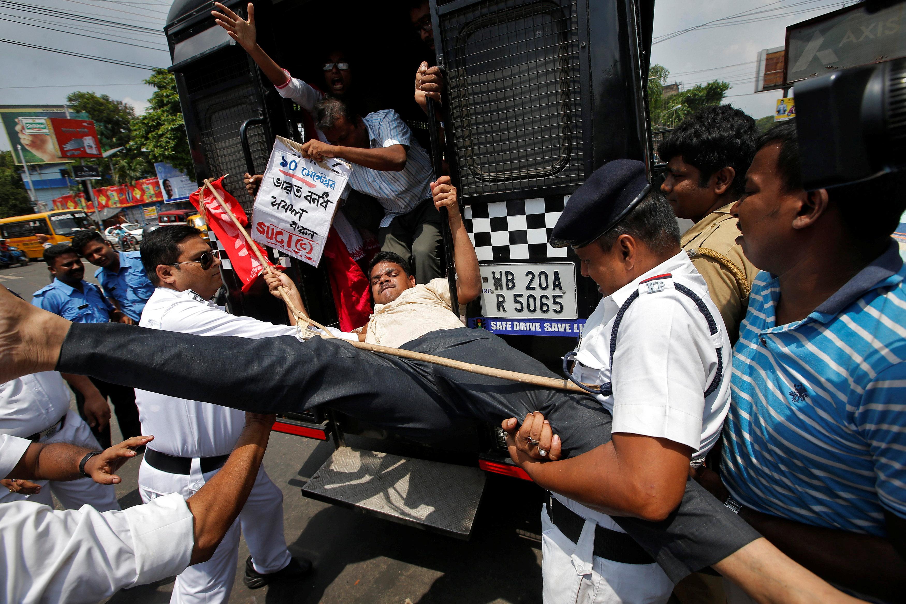 الشرطة تضبط أحد النشطاء فى مركز الوحدة الاشتراكية فى الهند فى كولكاتا