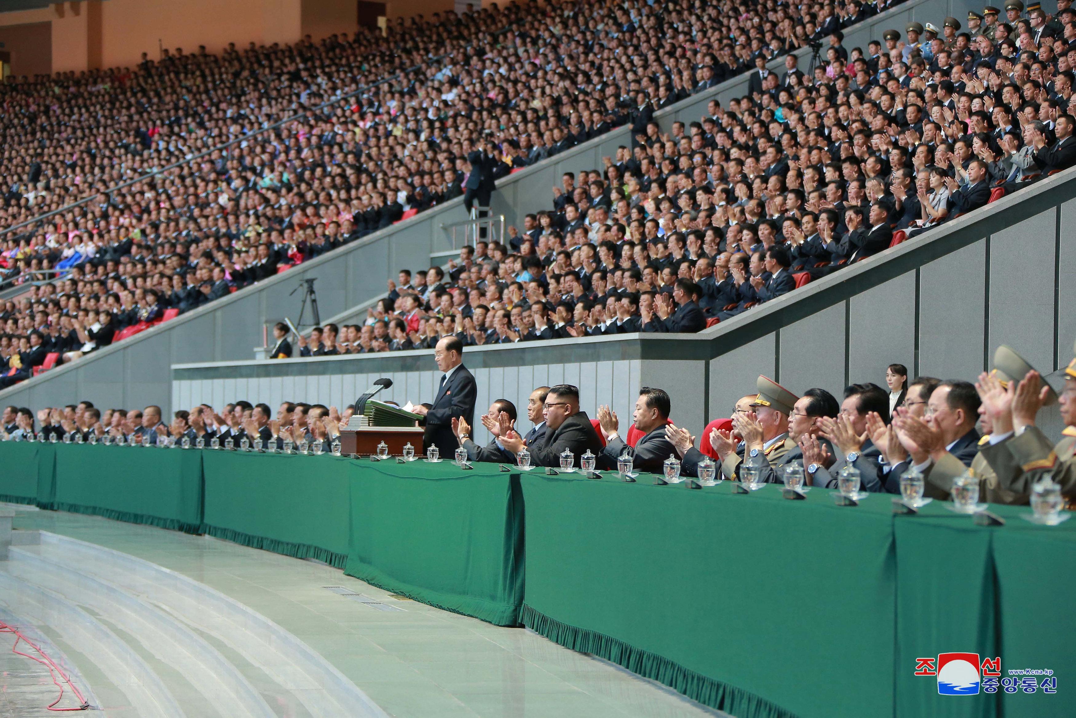 أحد مسؤولى الحزب الحاكم يلقى كلمة فى حضور زعيم كوريا الشمالية