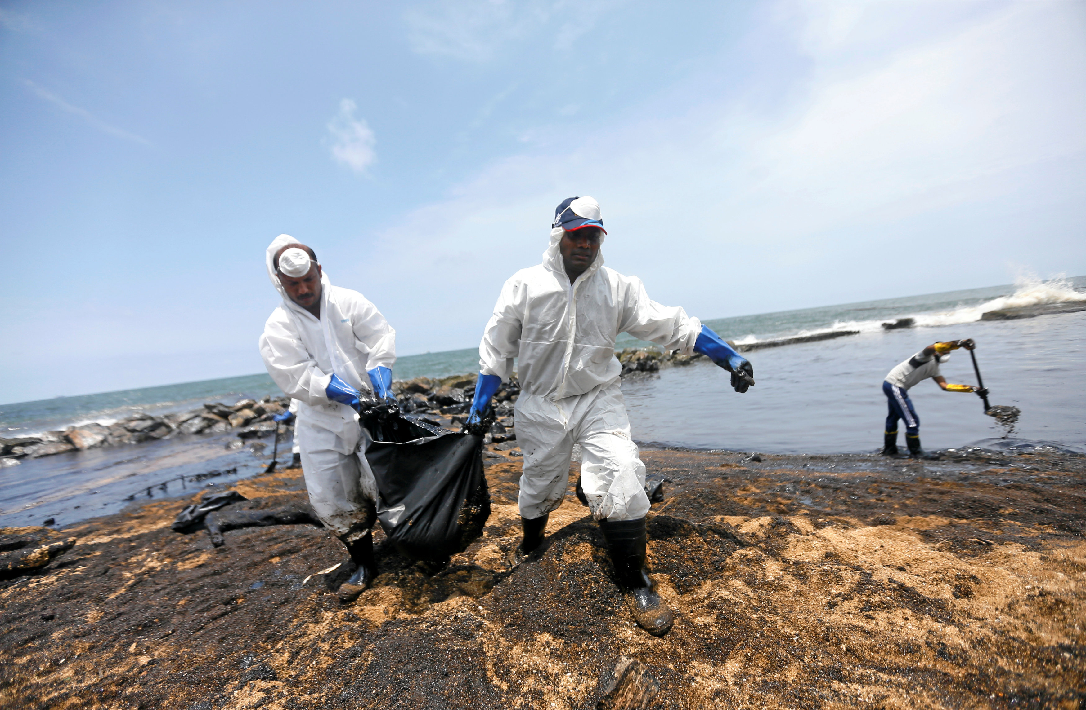 افراد البحرية وخفر السواحل تسحب بقعة الزيت