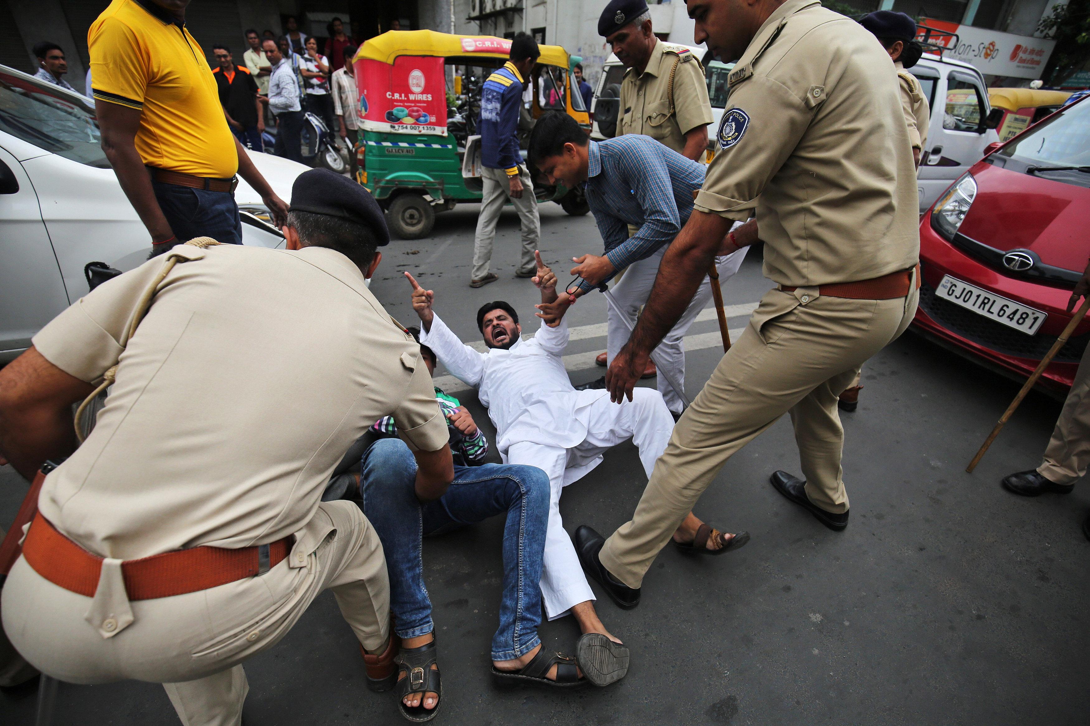 مواطن هندى يحاول الفرار من الشرطة عقب القاء القبض عليه
