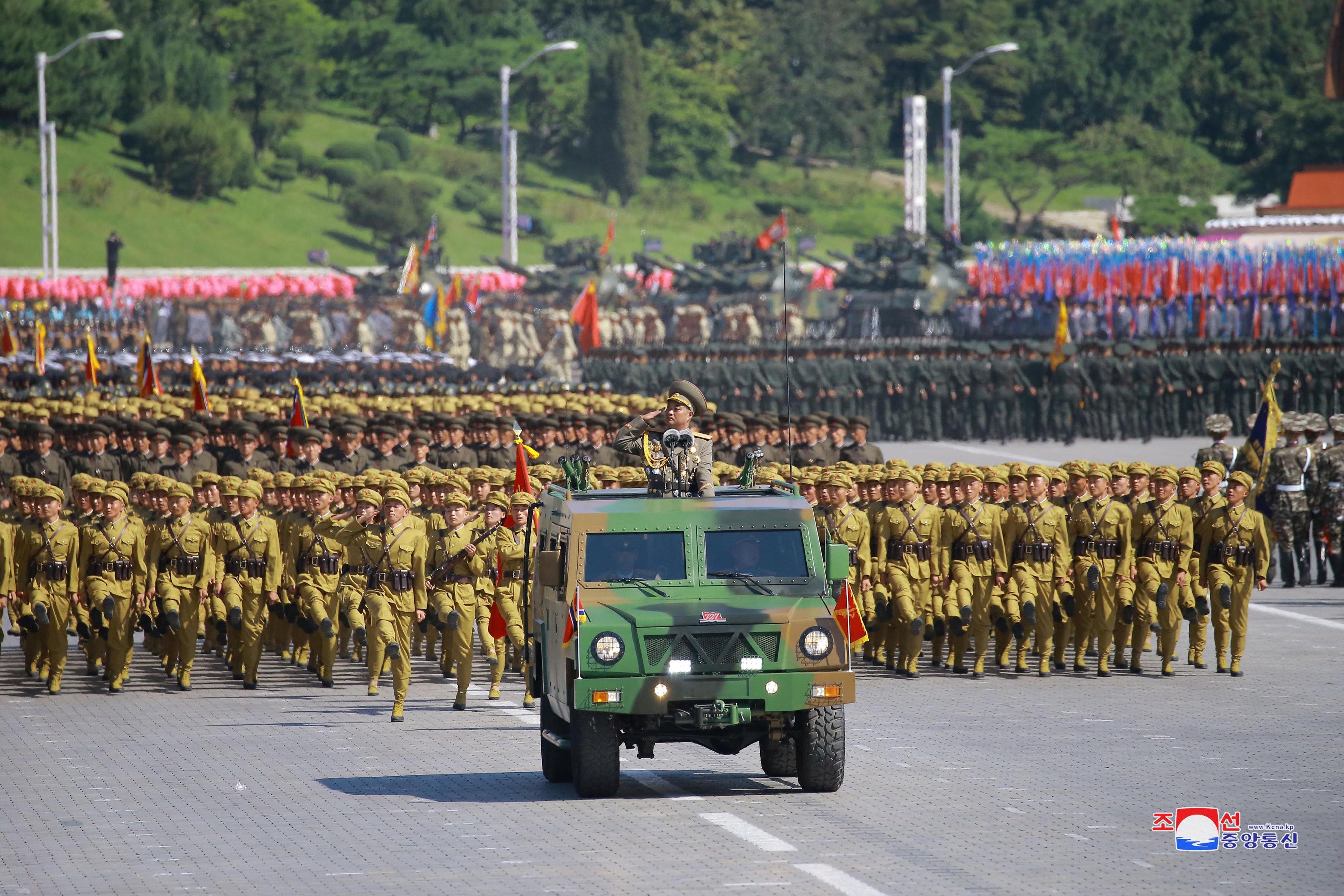 عروض عسكرية فى كوريا الشمالية احتفالا باليوم الوطنى