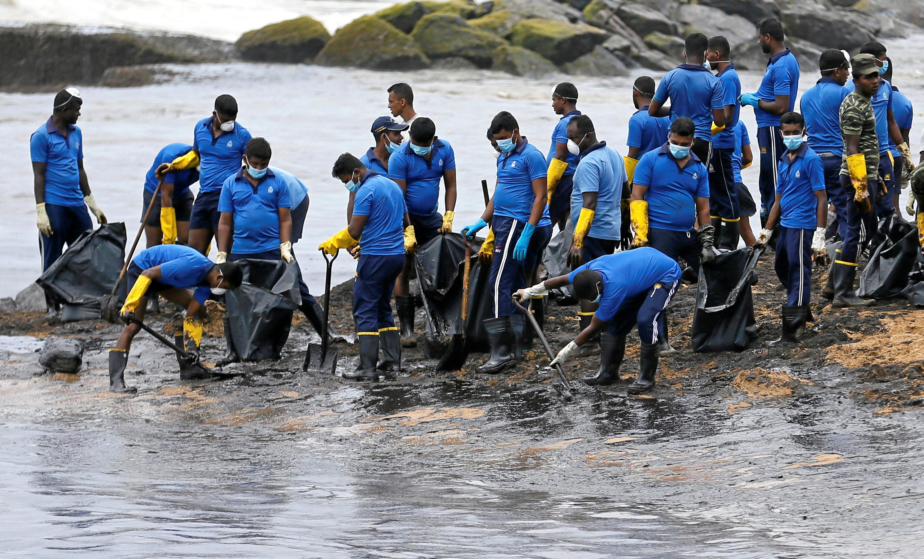 السلطات السريلانكية تنشر قواتها لسحب بقعة الزيت