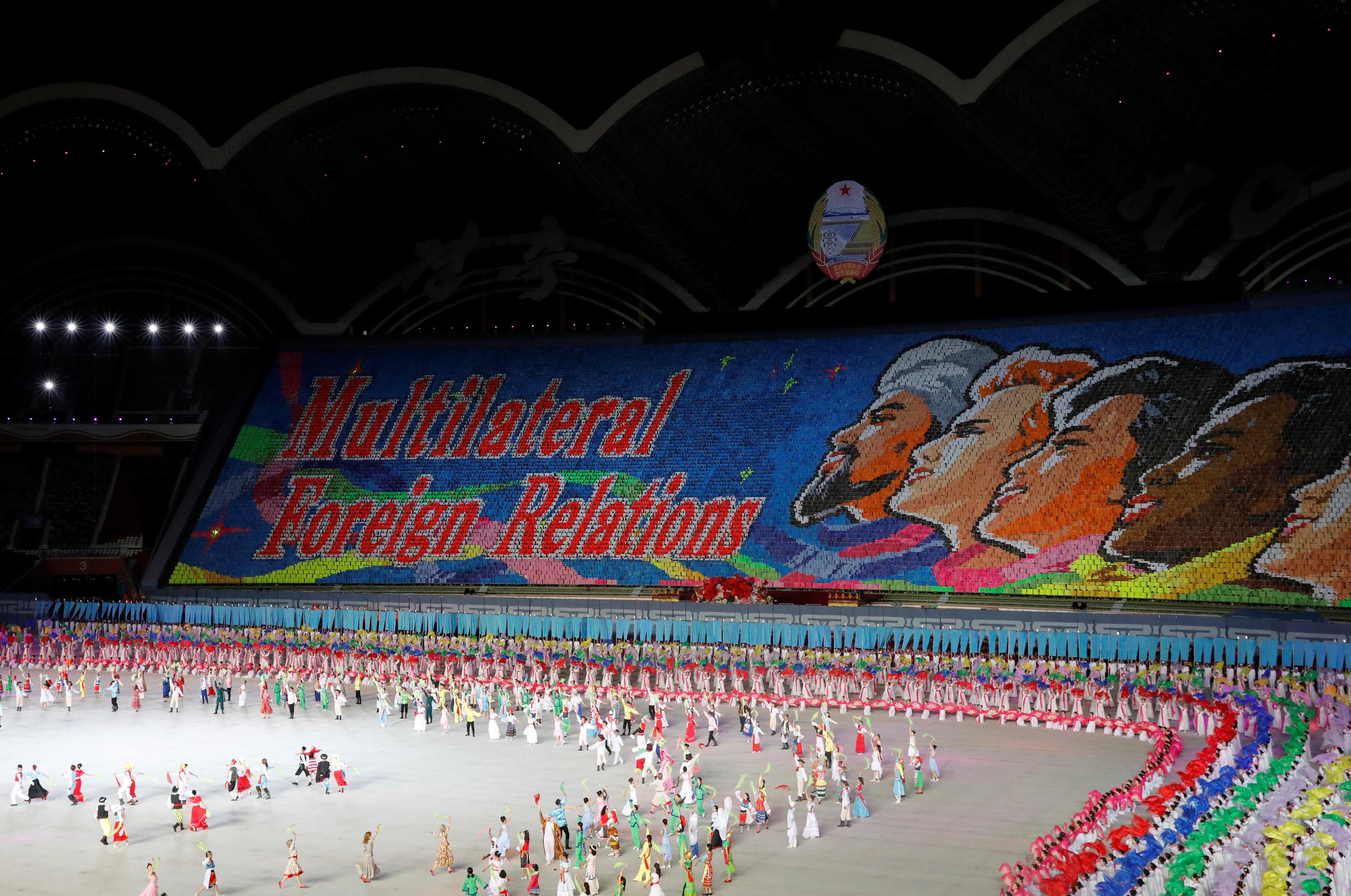 احتفالات فنية أثناء الاحتفال باليوم الوطنى لكوريا الشمالية
