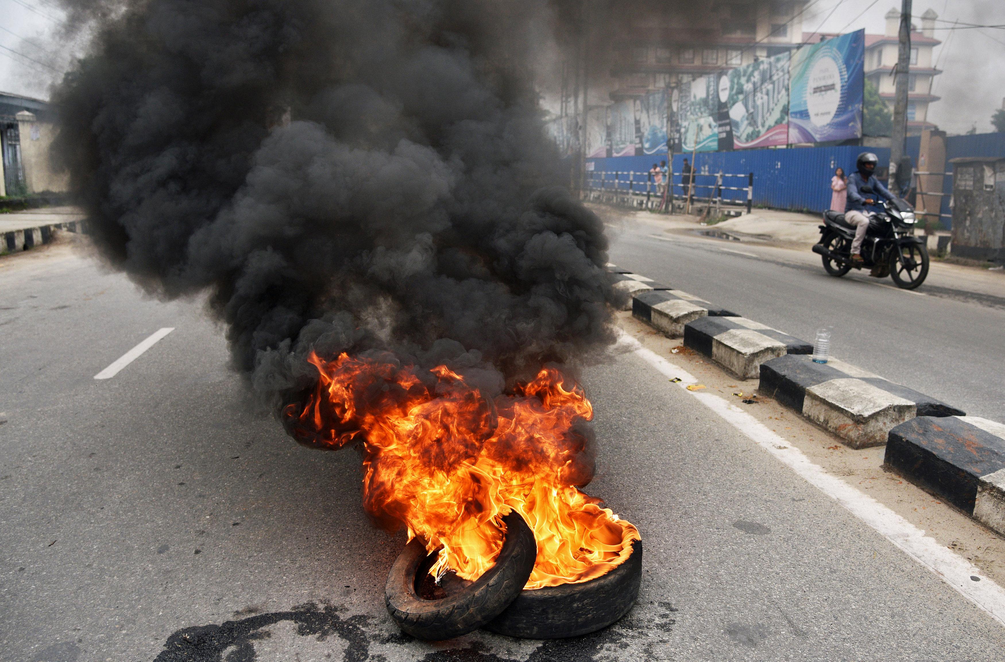 المتظاهرين يشعلون إطارات السيارات