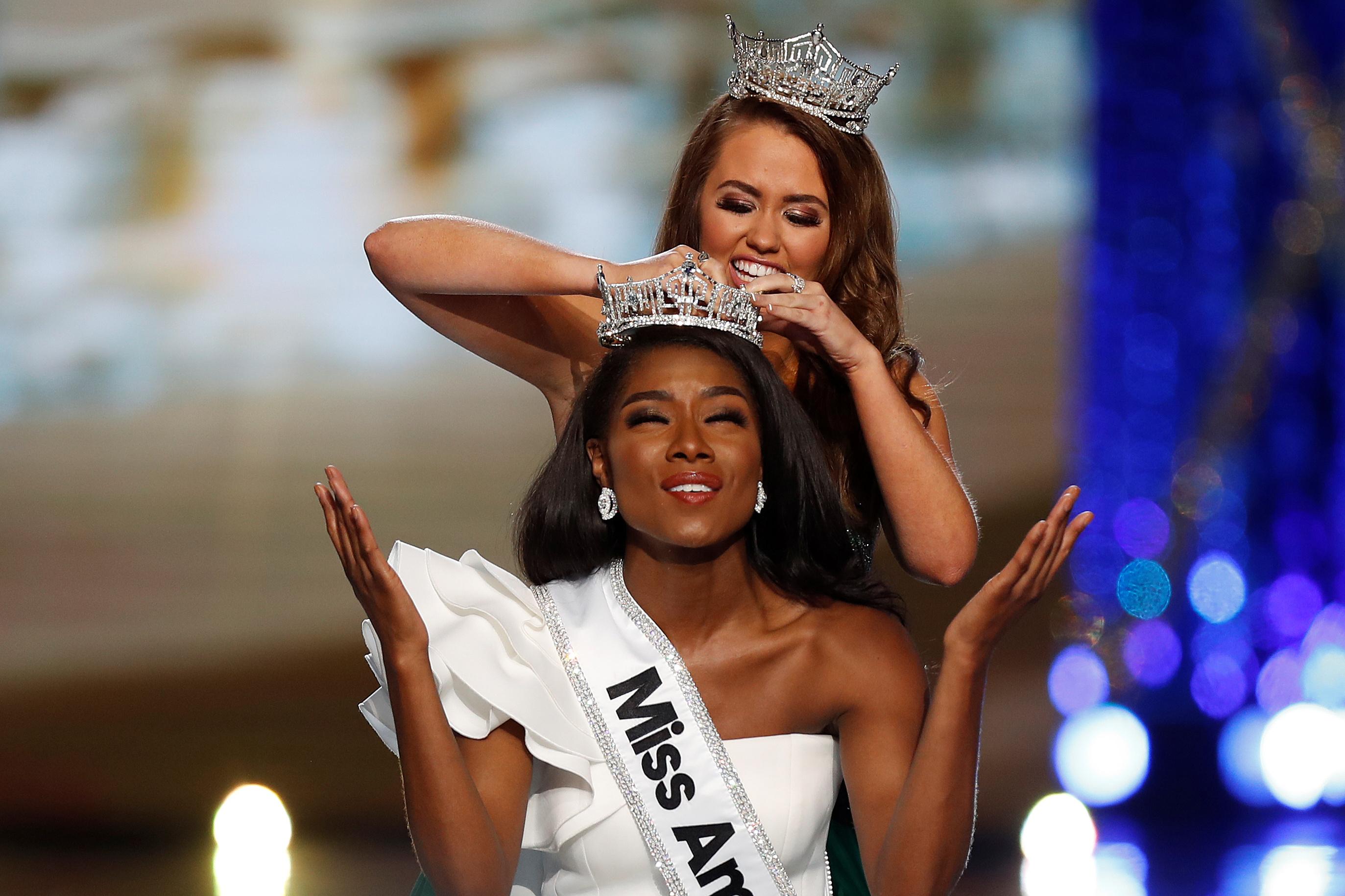 نيا اثناء تتويجها كملكة جمال أمريكا