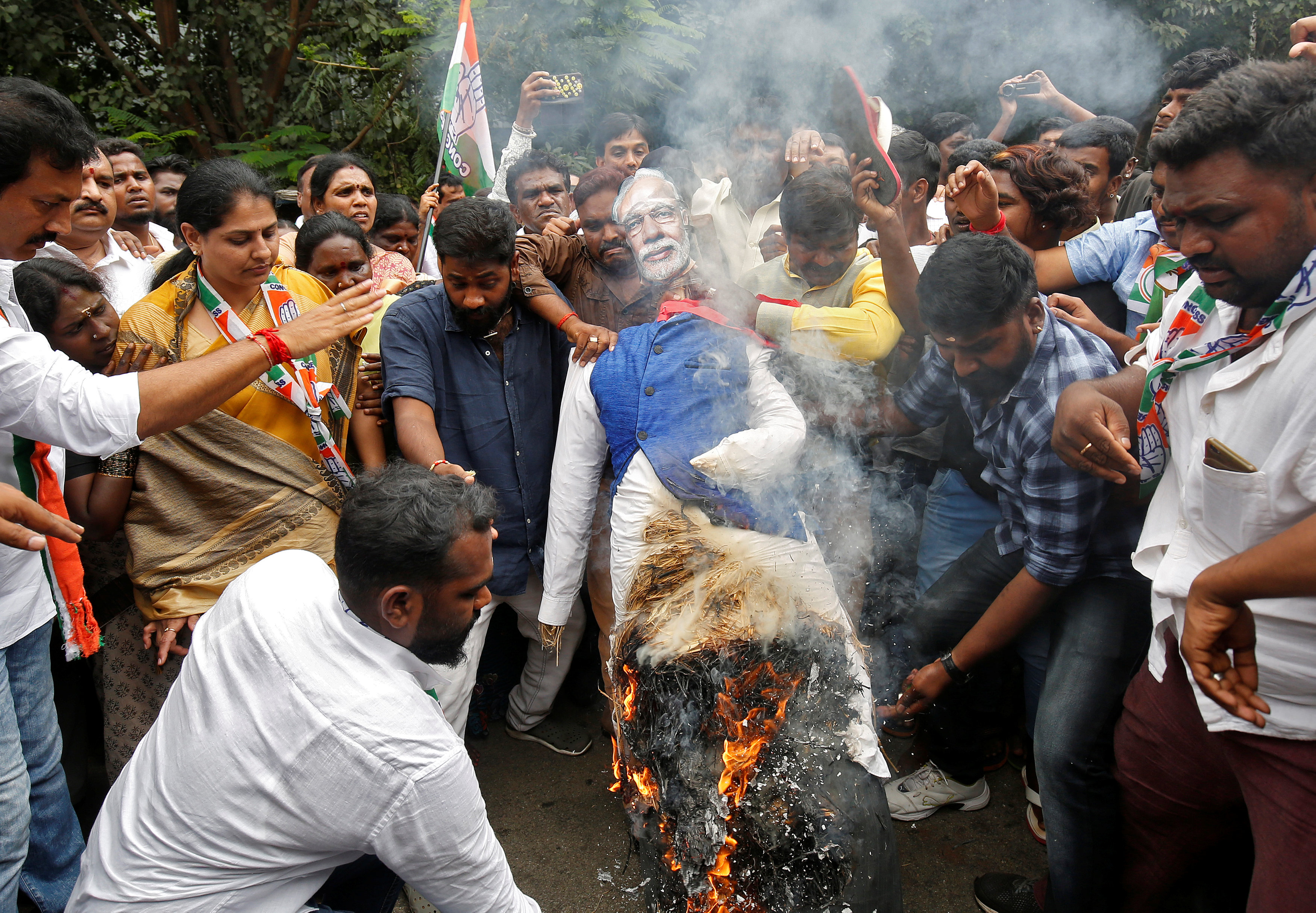 المتظاهرين يحرقون تمثالاً لرئيس وزراء الهند