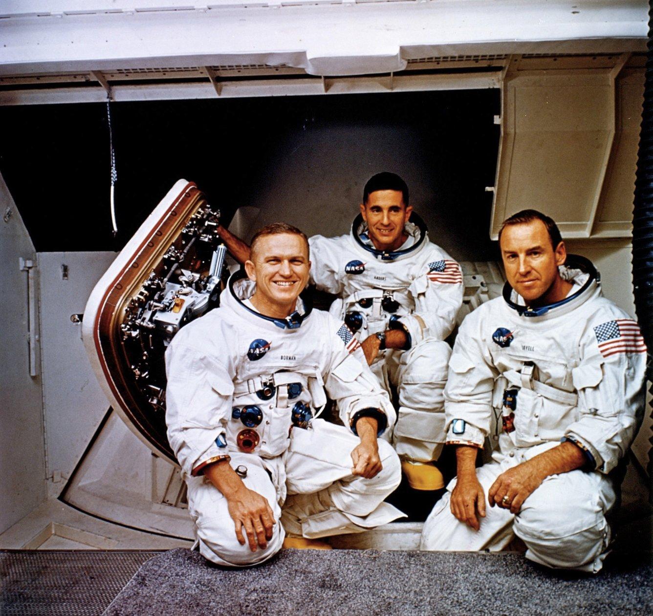 فرانك بورمان (على اليسار) فى رحلة أبولو 8 إلى القمر
