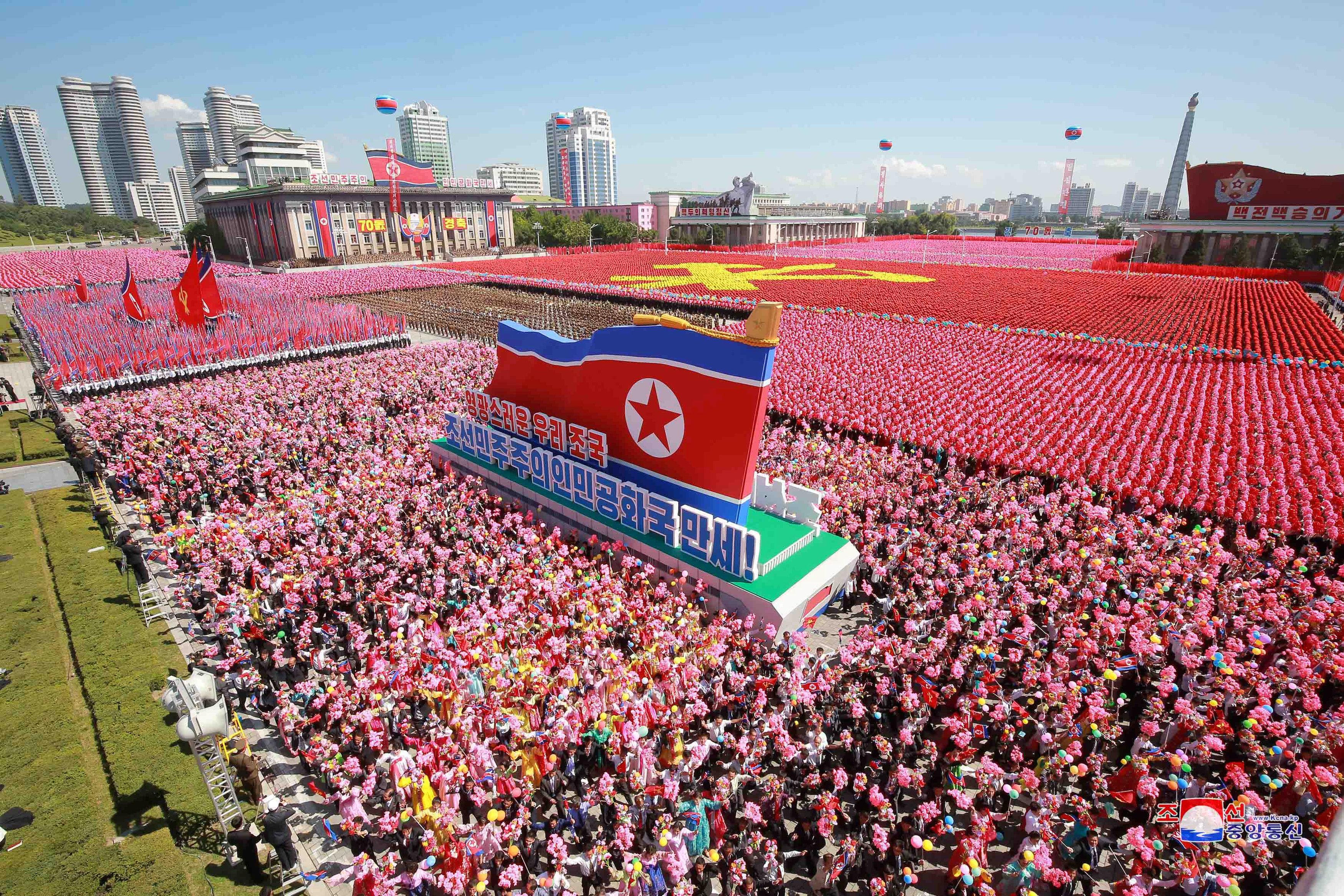 مواطنون كوريا الشمالية أثناء احتفالاتهم باليوم الوطنى