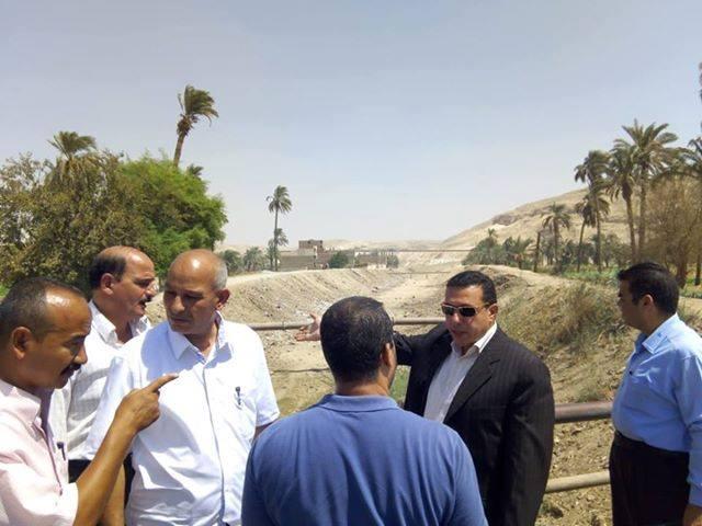 رئيس مركز ملوى بالمنيا يتابع أعمال تطهير مخرات السيول (2)