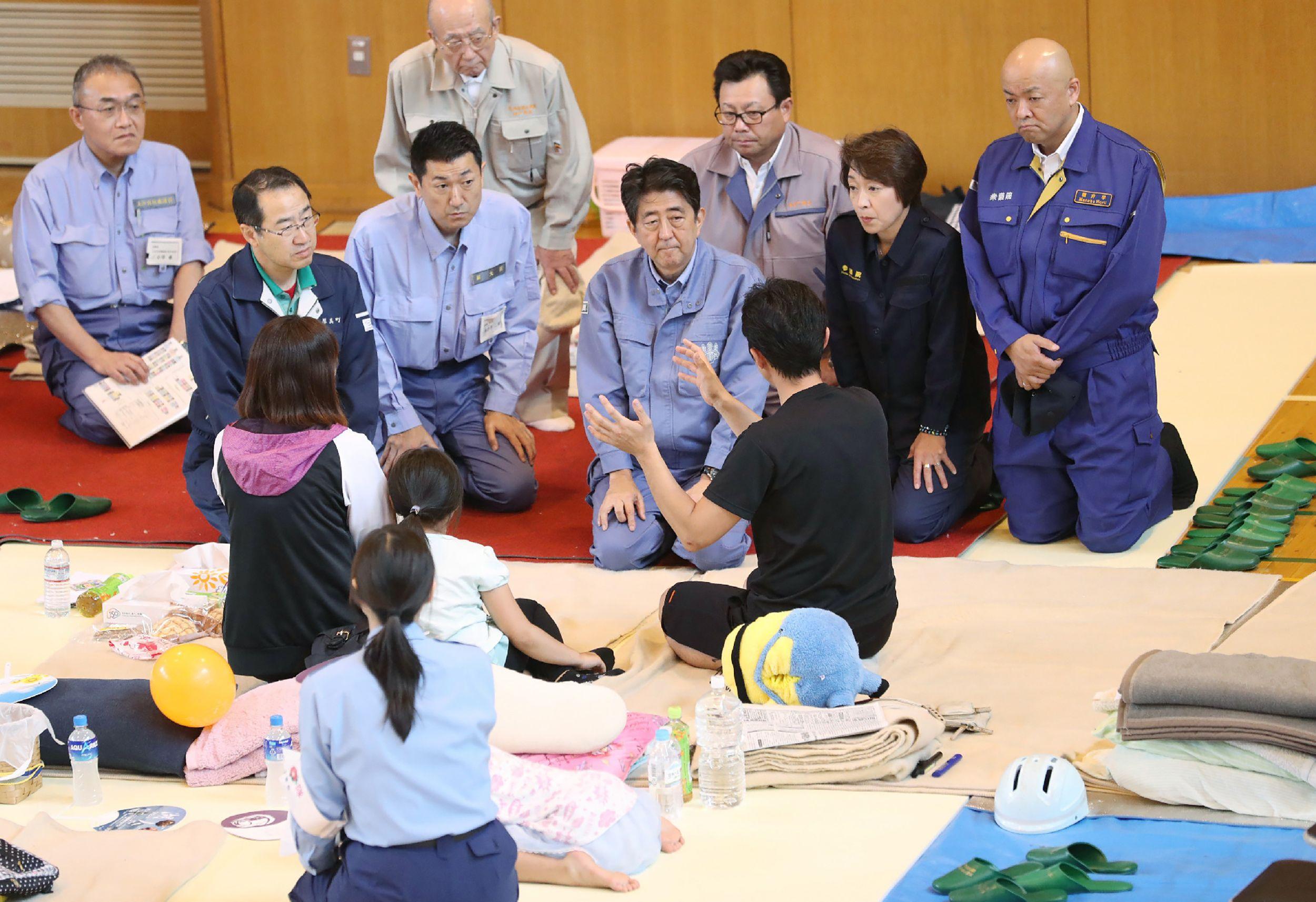 أحد الضحايا يشرح لرئيس وزراء اليابان الأضرار