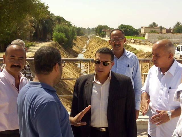 رئيس مركز ملوى بالمنيا يتابع أعمال تطهير مخرات السيول (1)