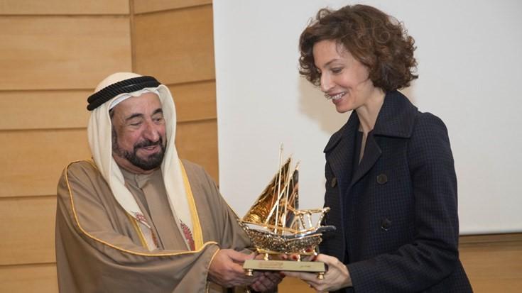 صاحب السمو حاكم الشارقة والمدير العام لمنظمة اليونسكو خلال حفل تكريم الفائزين بالدورة الأولى من الجائزة (1)