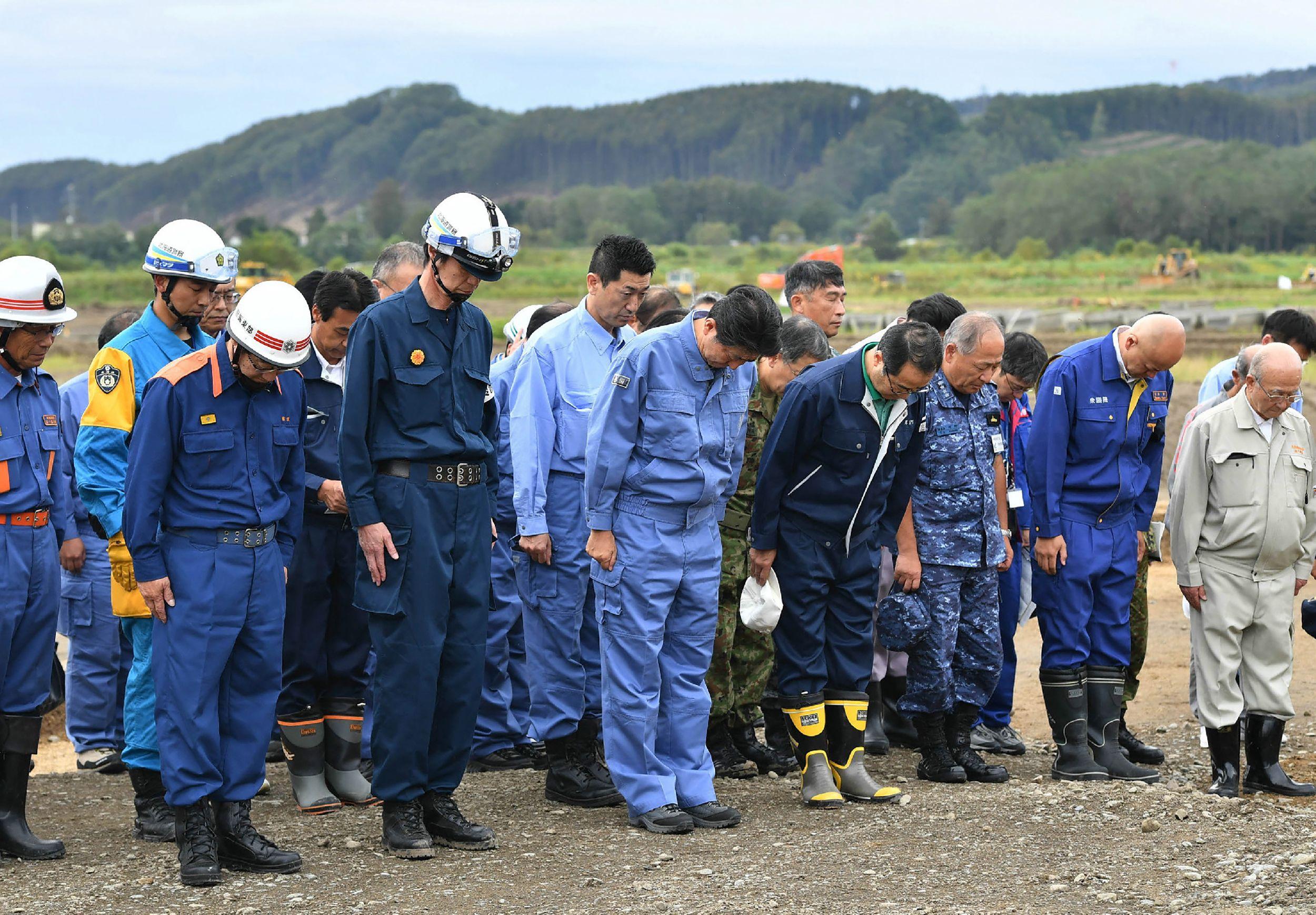 رئيس وزراء اليابان يقف حداد على ضحايا الزلزال