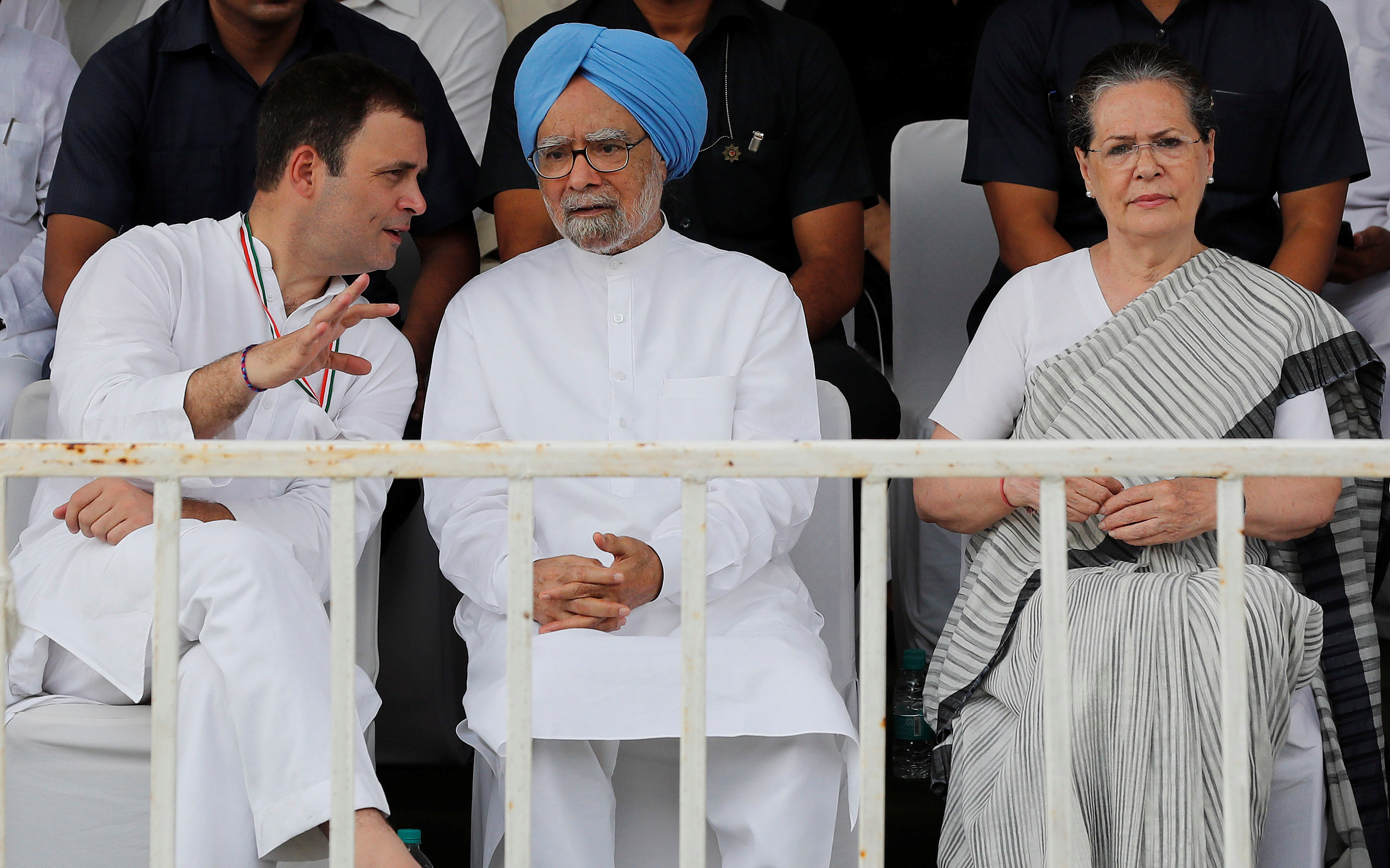 راهول غاندى رئيس حزب المؤتمر يتحدث إلى رئيس الوزراء الهندى السابق مانموهان سينج خلال الاحتجاج على أسعار البنزين فى نيودلهى