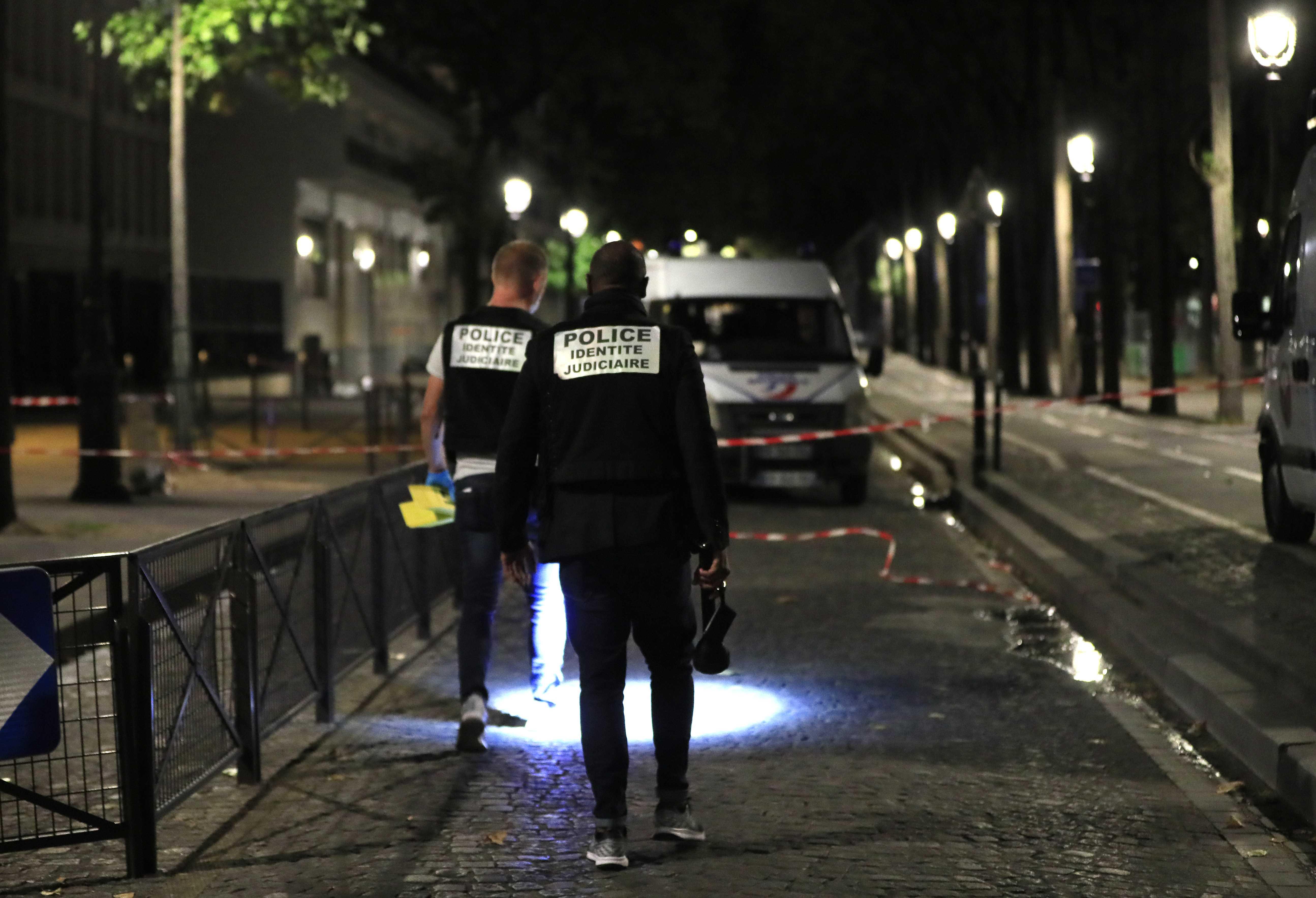 رجال الأدلة الجنائية بموقع الحادث