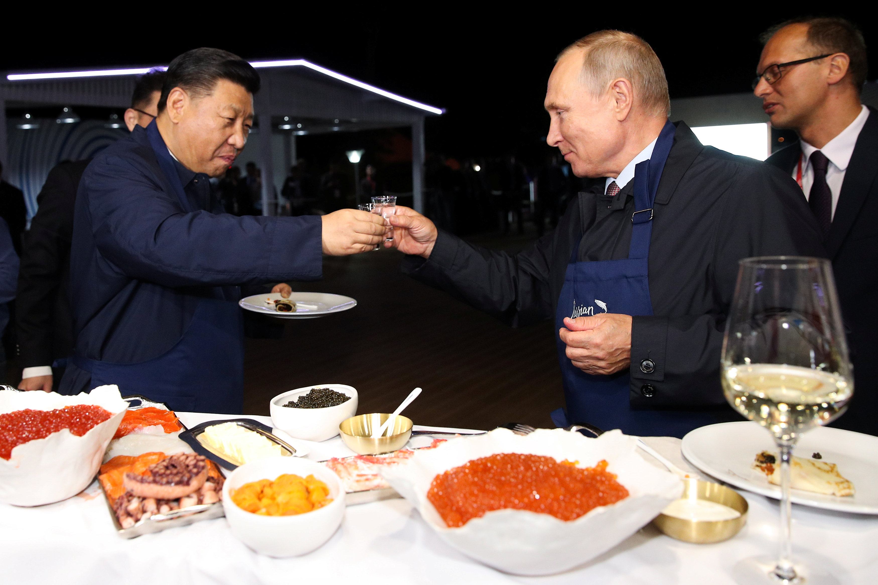 بوتين وشى يحتسيان الفودكا الروسية