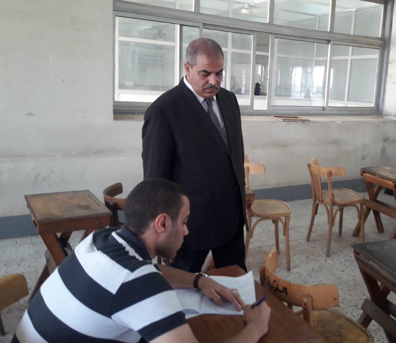 رئيس جامعة الأزهر يتفقد لجان امتحانات الدراسات العليا بكلية الطب (1)