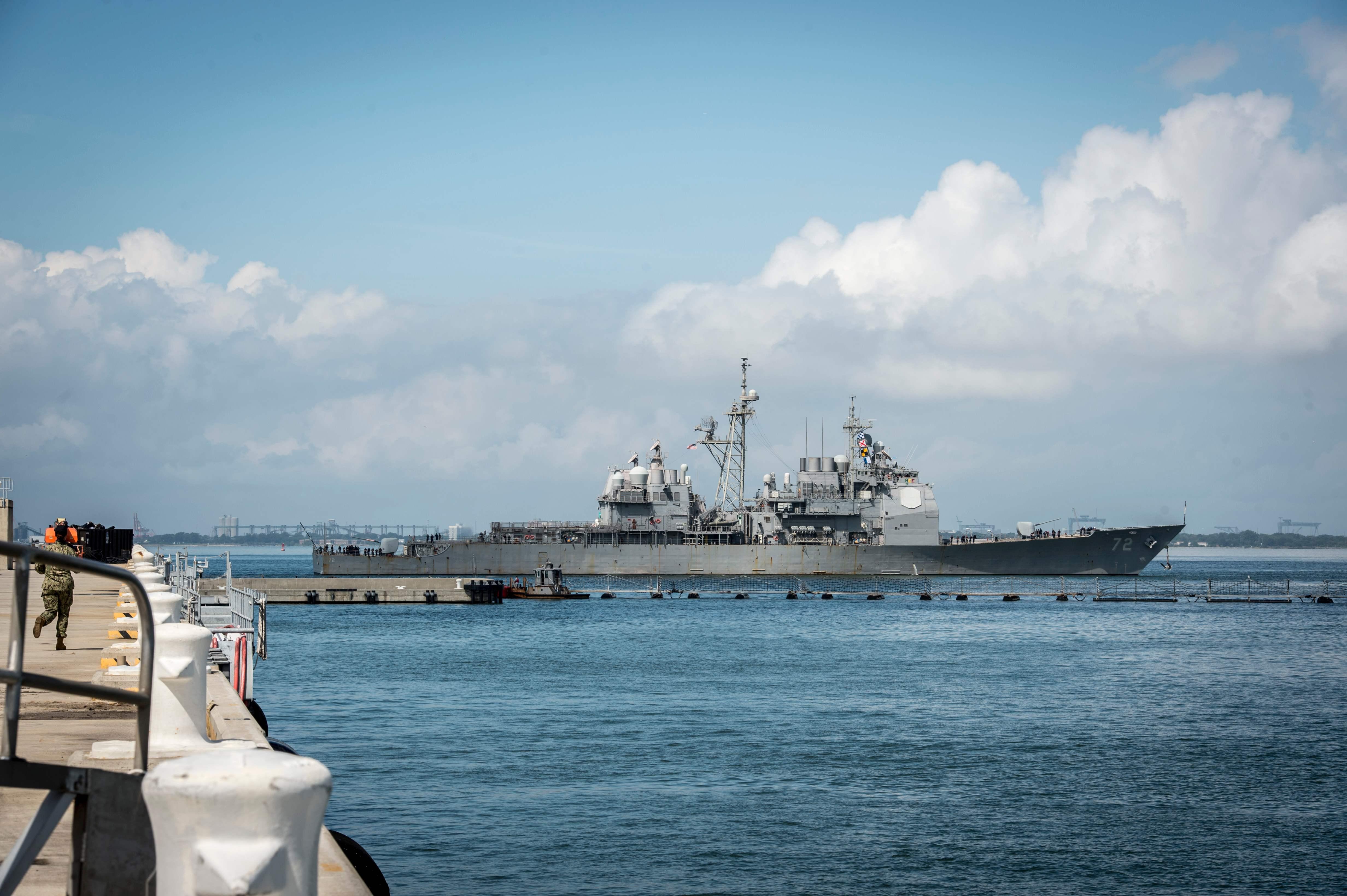 سفن امريكا تغادر خوفا من الاعصار