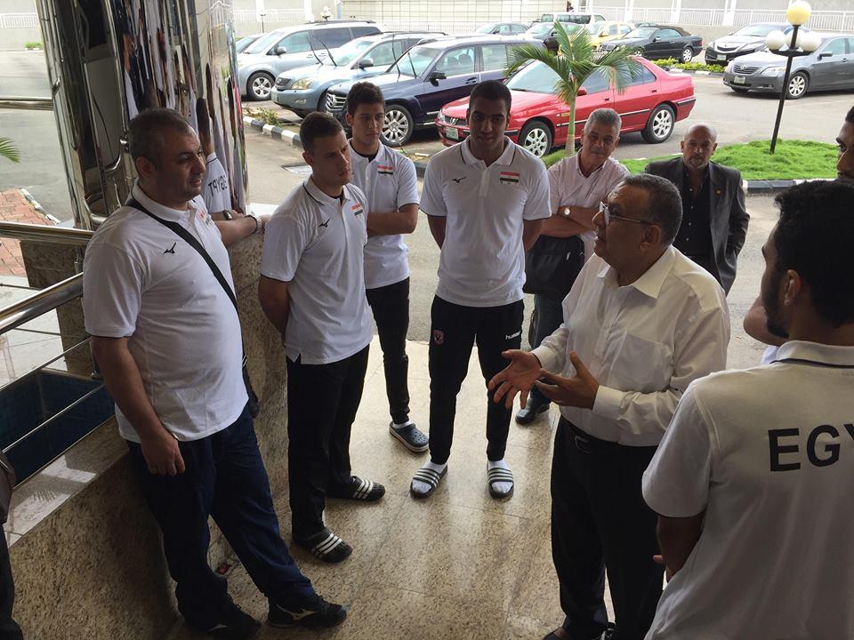 عمرو علوانى مع لاعبى شباب الطائرة