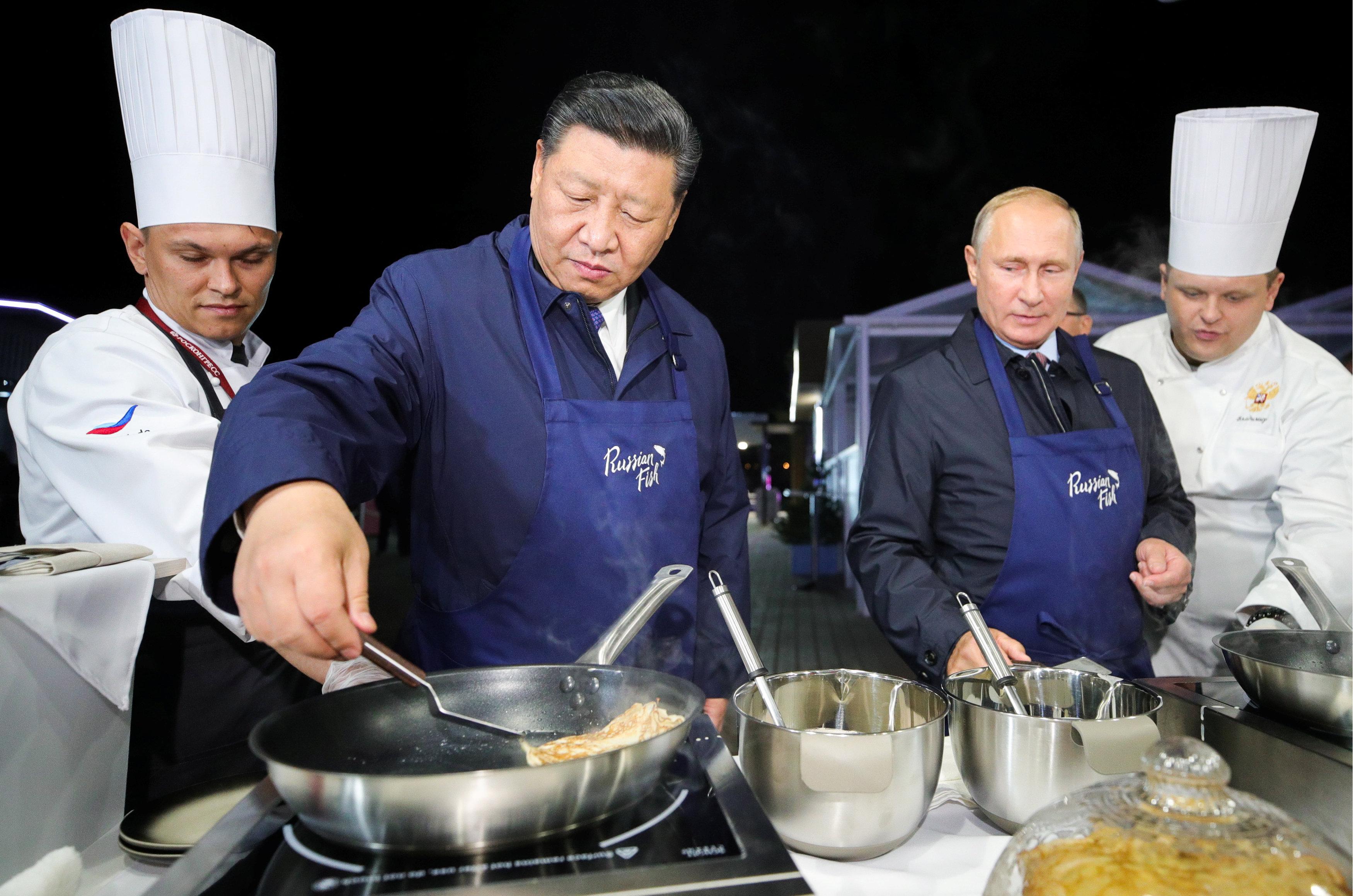 بوتين وشى يعدان الفطائر