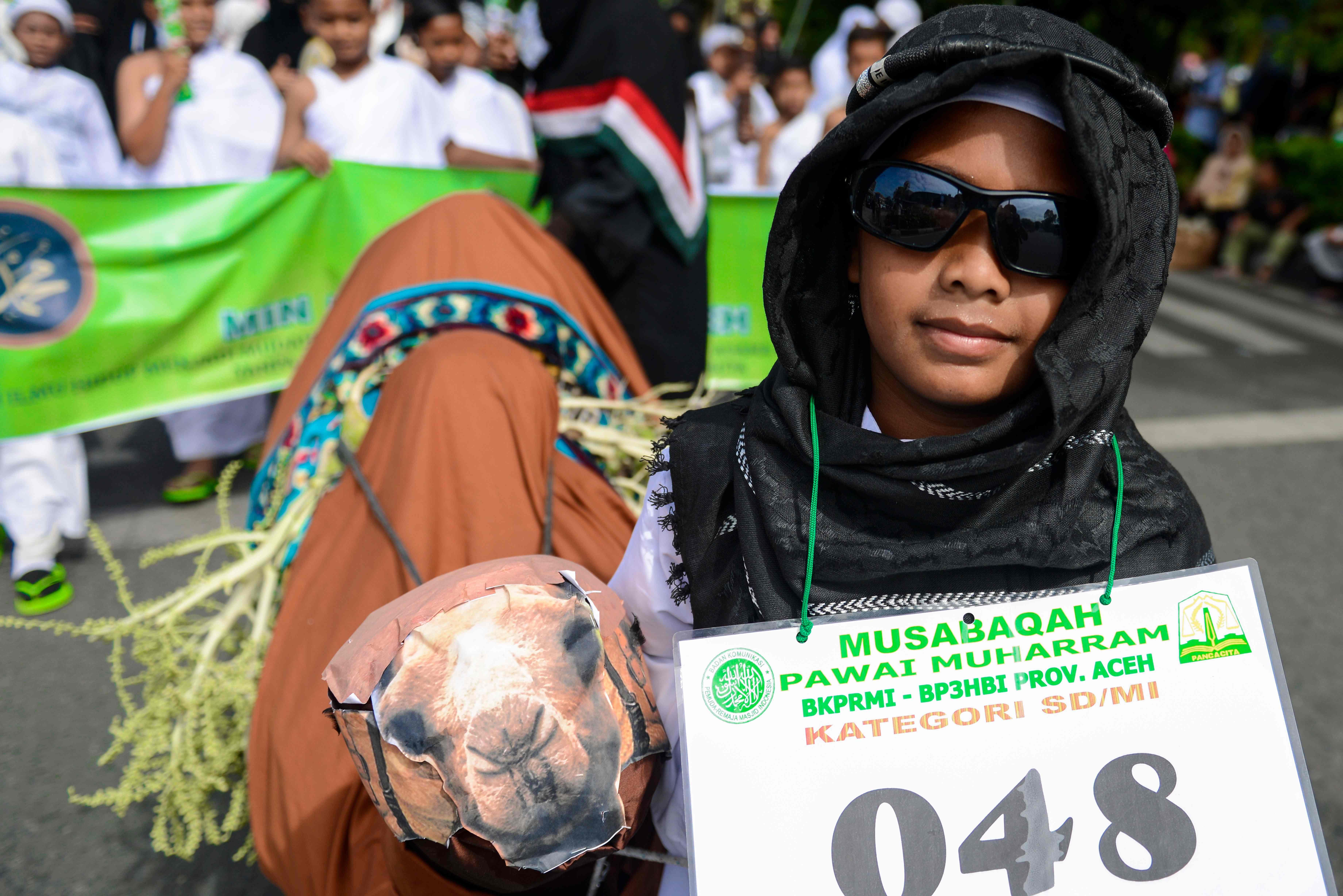 فتاه ترفع لافتة مشاركتها فى الموكب