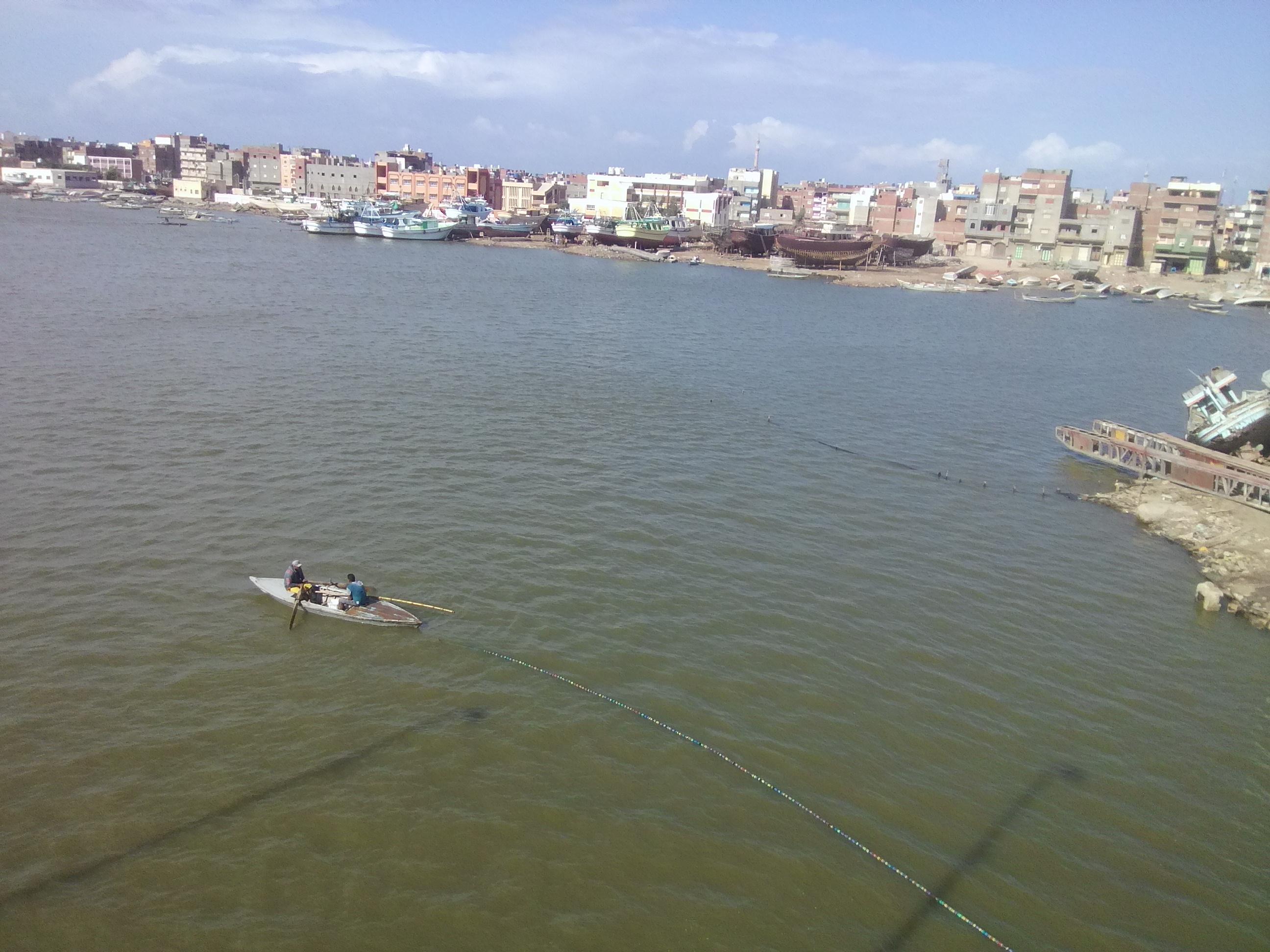 انتشار ورش صناعة السفن على ضفاف بحيرة البرلس