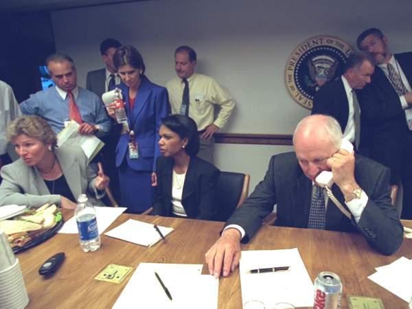 مسئولو البيت الأبيض فى مركز عمليات الطوارئ