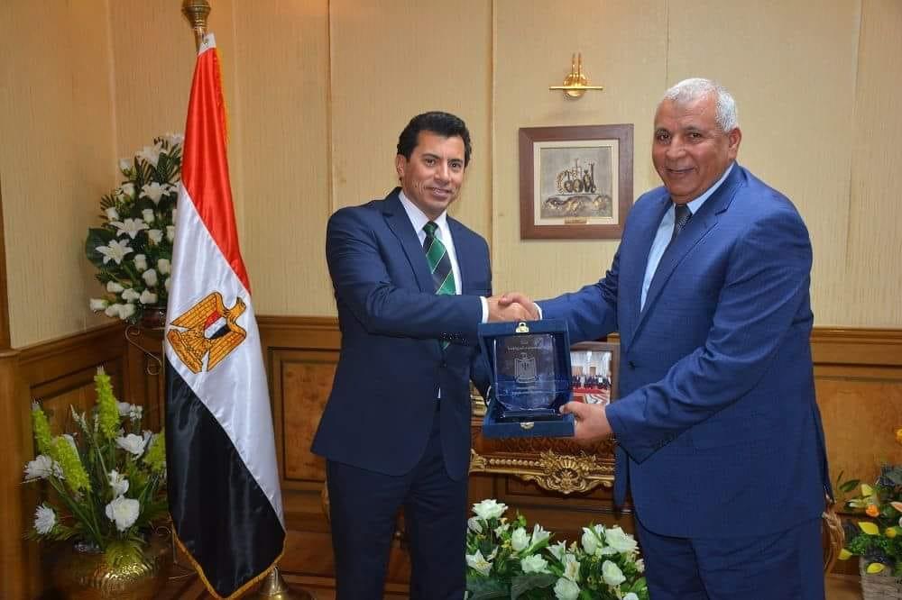 وزير الرياضة مع محافظ الوادى الجديد