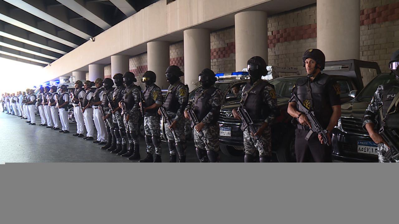 رجال الشرطة يستعدون لتأمين الطريق