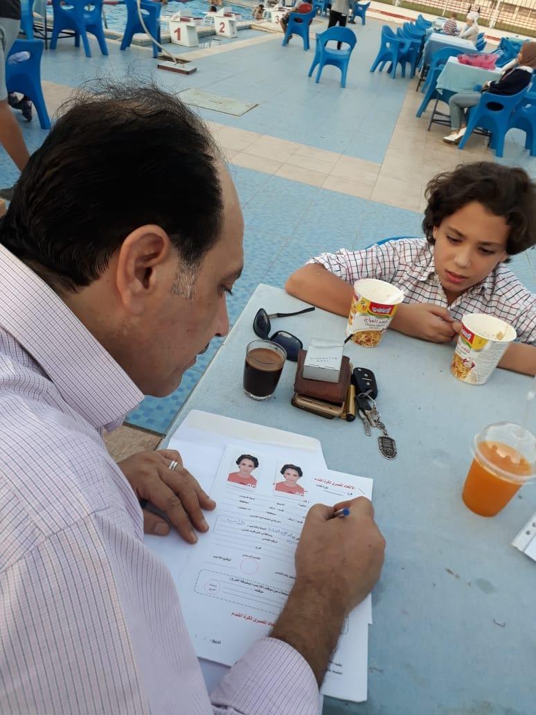 حسين الشايب يوقع استمارة القيد بنادى الزمالك