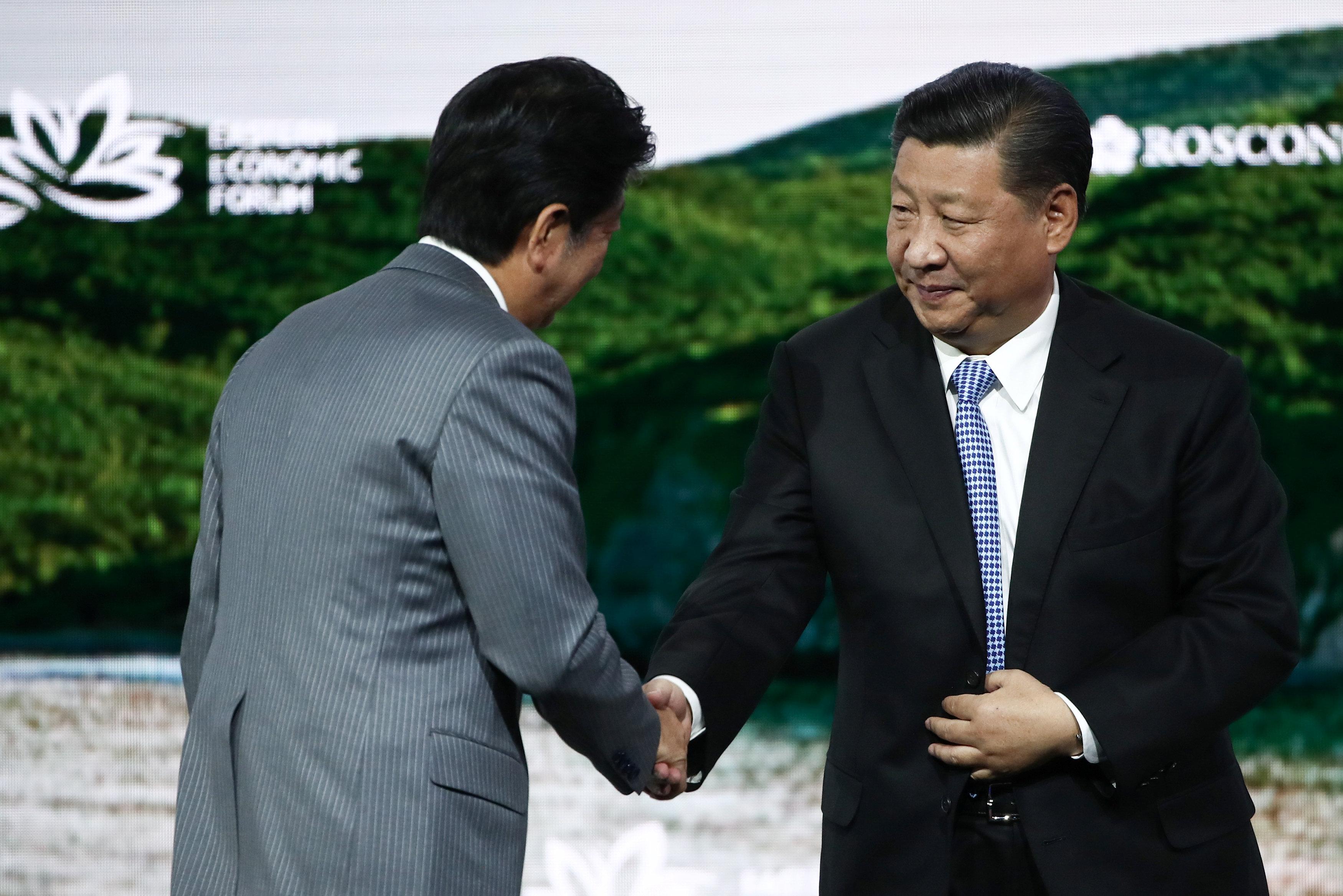 7 – الرئيس الصينى يصافح رئيس وزراء اليابان