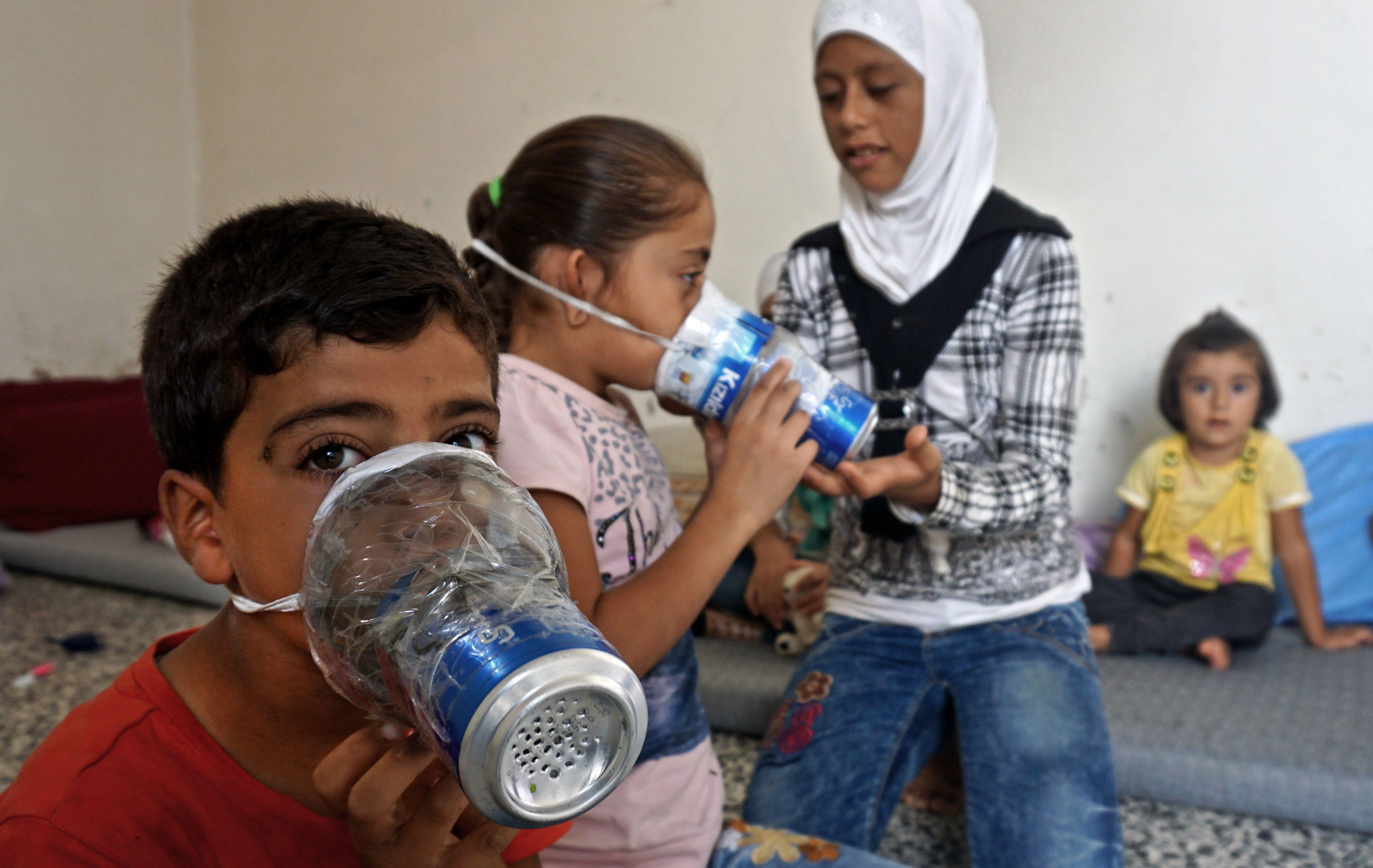 الاطفال السوريون يستخدمون اقنعة الغاز