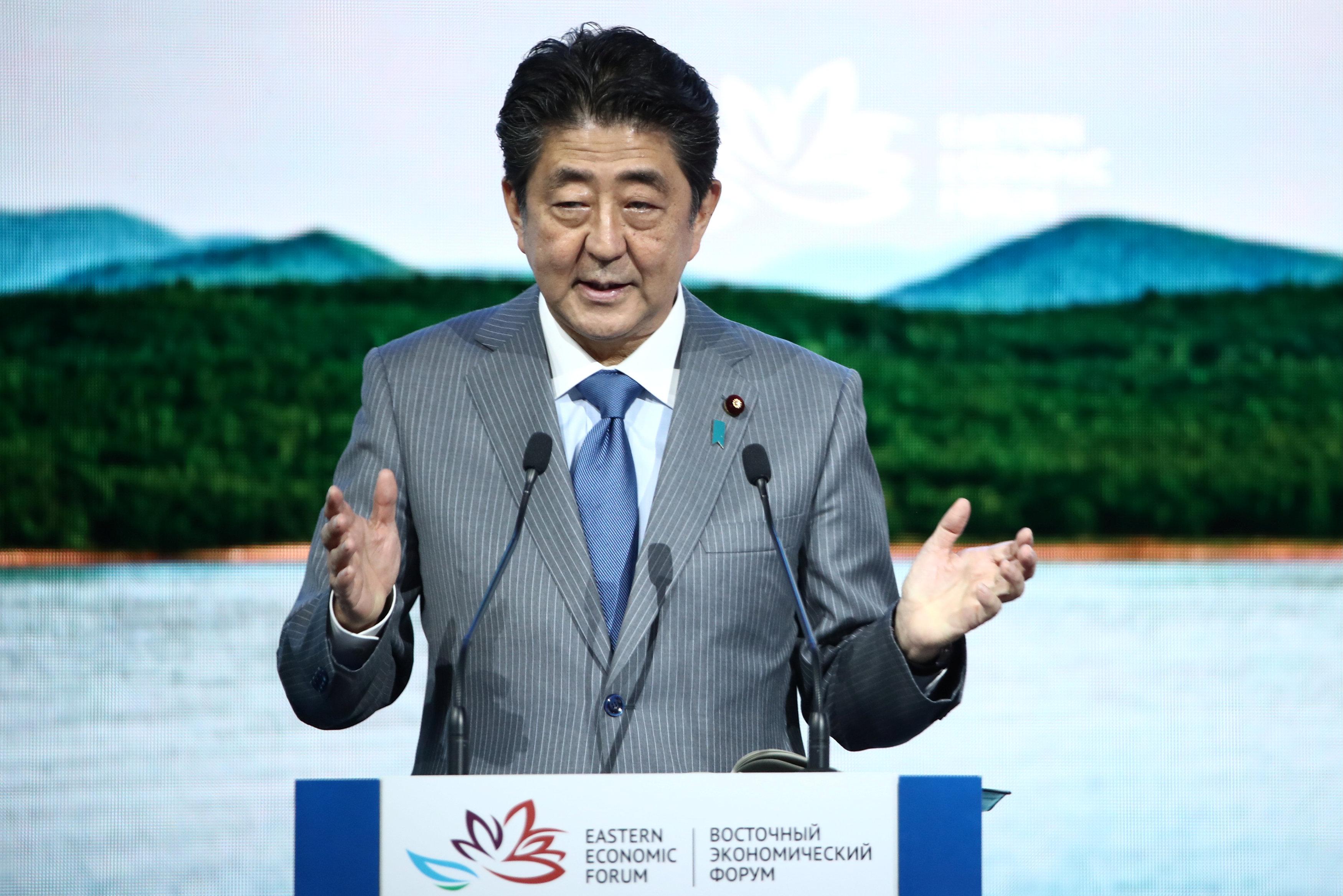 5 – رئيس الوزراء اليابانى اثناء القاء كلمته بالمنتدى