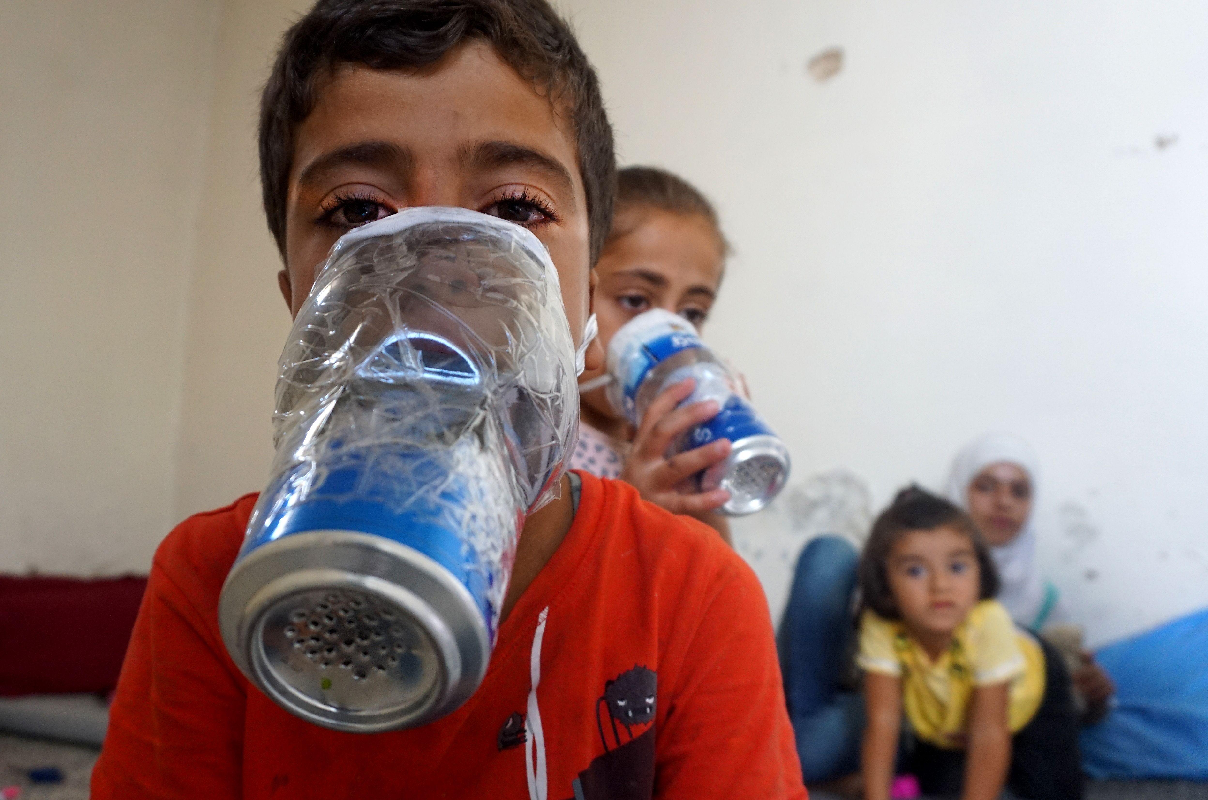 طفل سورى يرتدى قناع الغاز