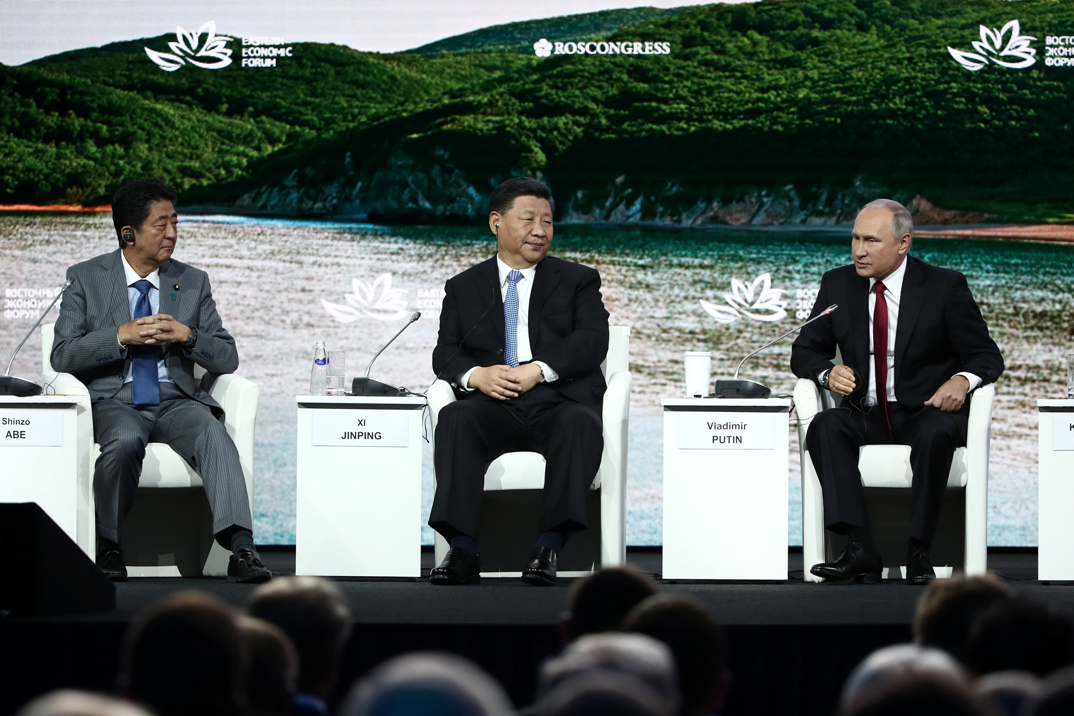 - رئيس الوزراء الياباني شينزو آبي والرئيس الصيني شي جين بينغ والروسي فلاديمير بوتين يحضران المنتدى الاقتصادي الشرقي في فلاديفوستوك