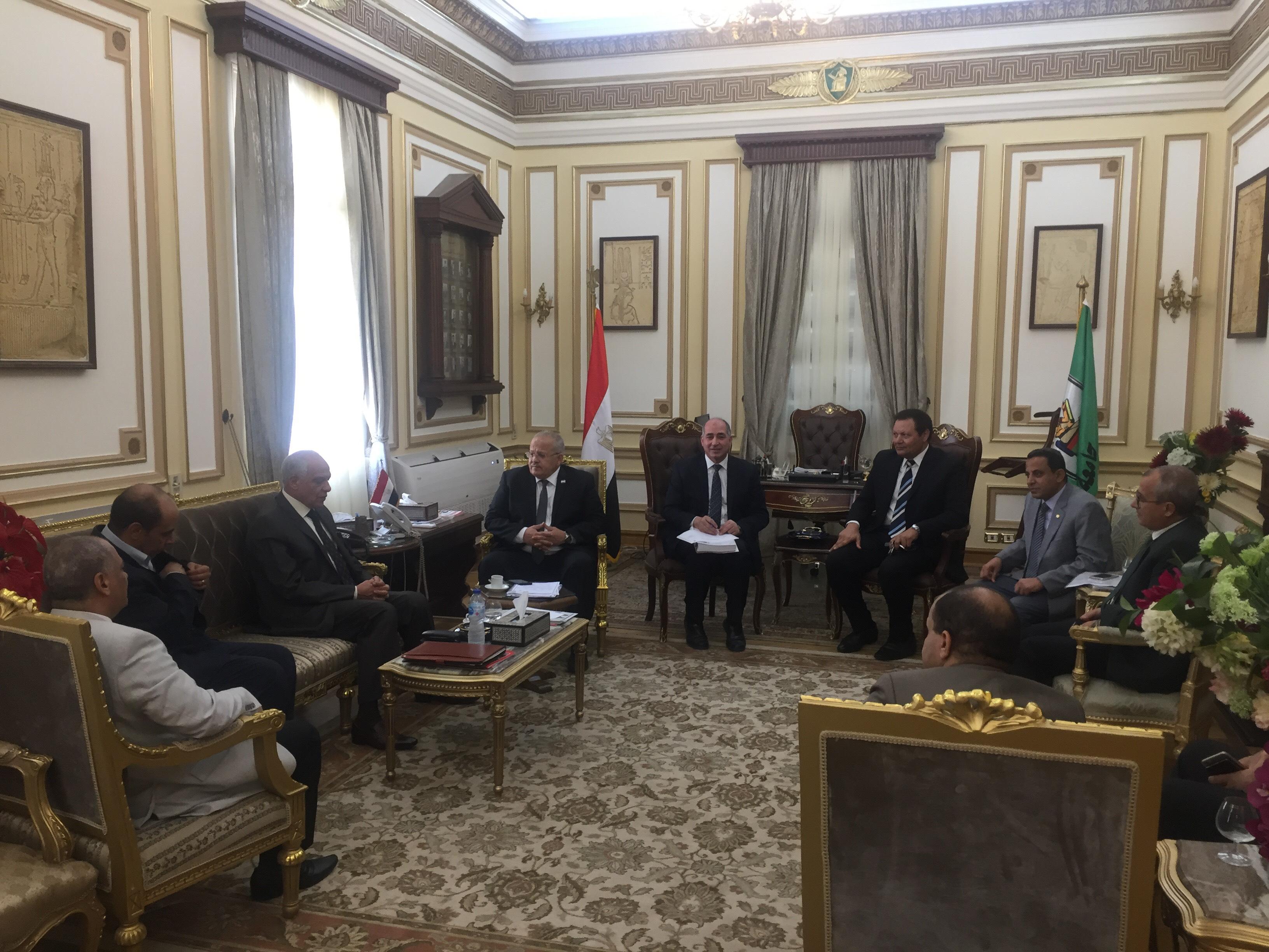 . رئيس جامعة القاهرة يستقبل محافظ الجيزة بمكتبه لبحث استعدادات العام الدراسى الجديد (6)