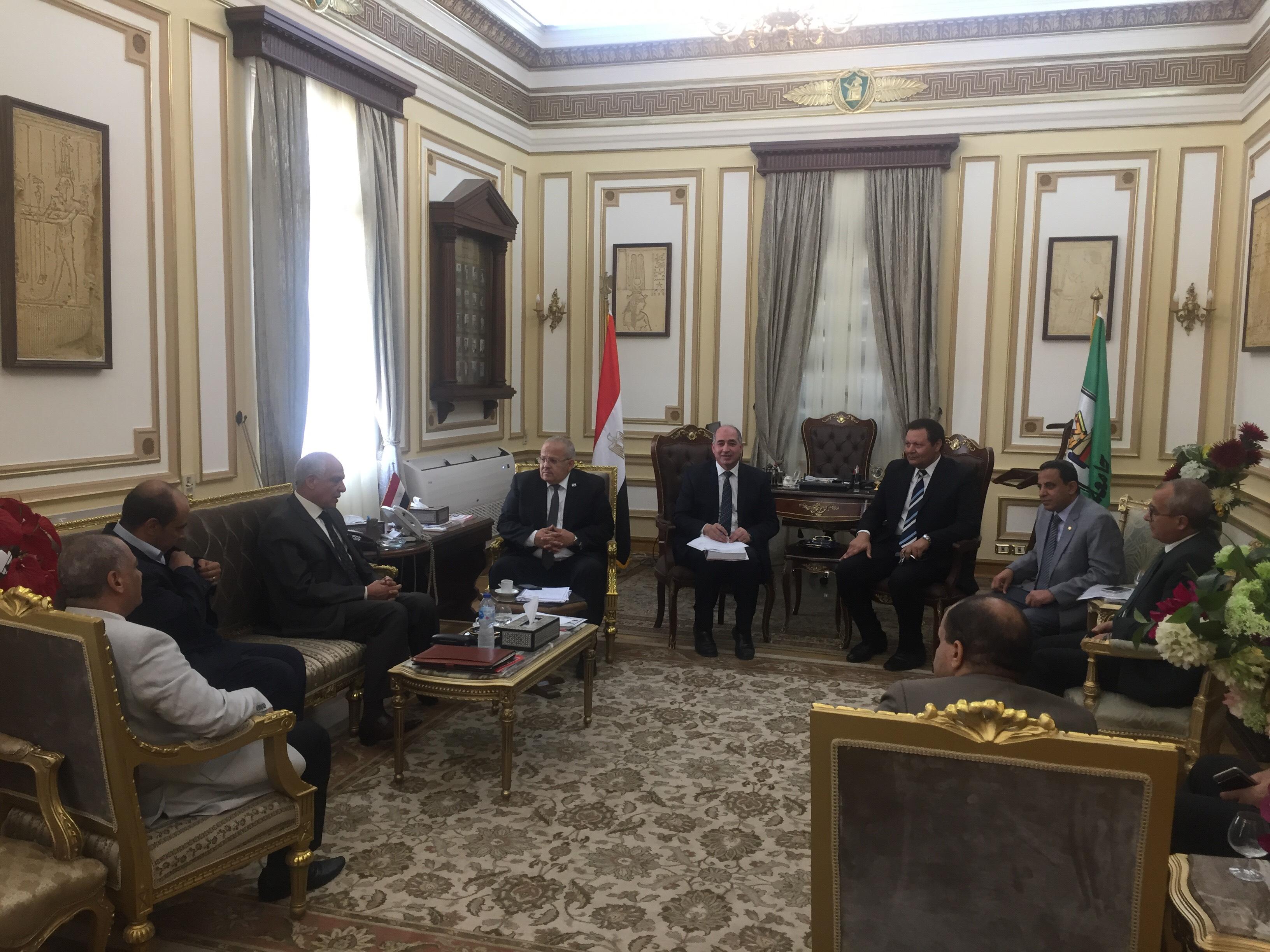 . رئيس جامعة القاهرة يستقبل محافظ الجيزة بمكتبه لبحث استعدادات العام الدراسى الجديد (5)